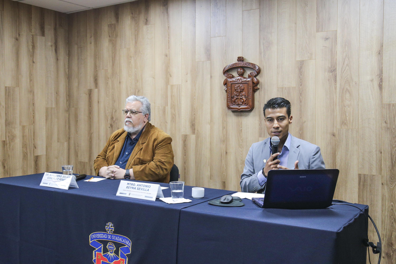 Doctorante de Salud Pública al micrófono en la rueda de prensa