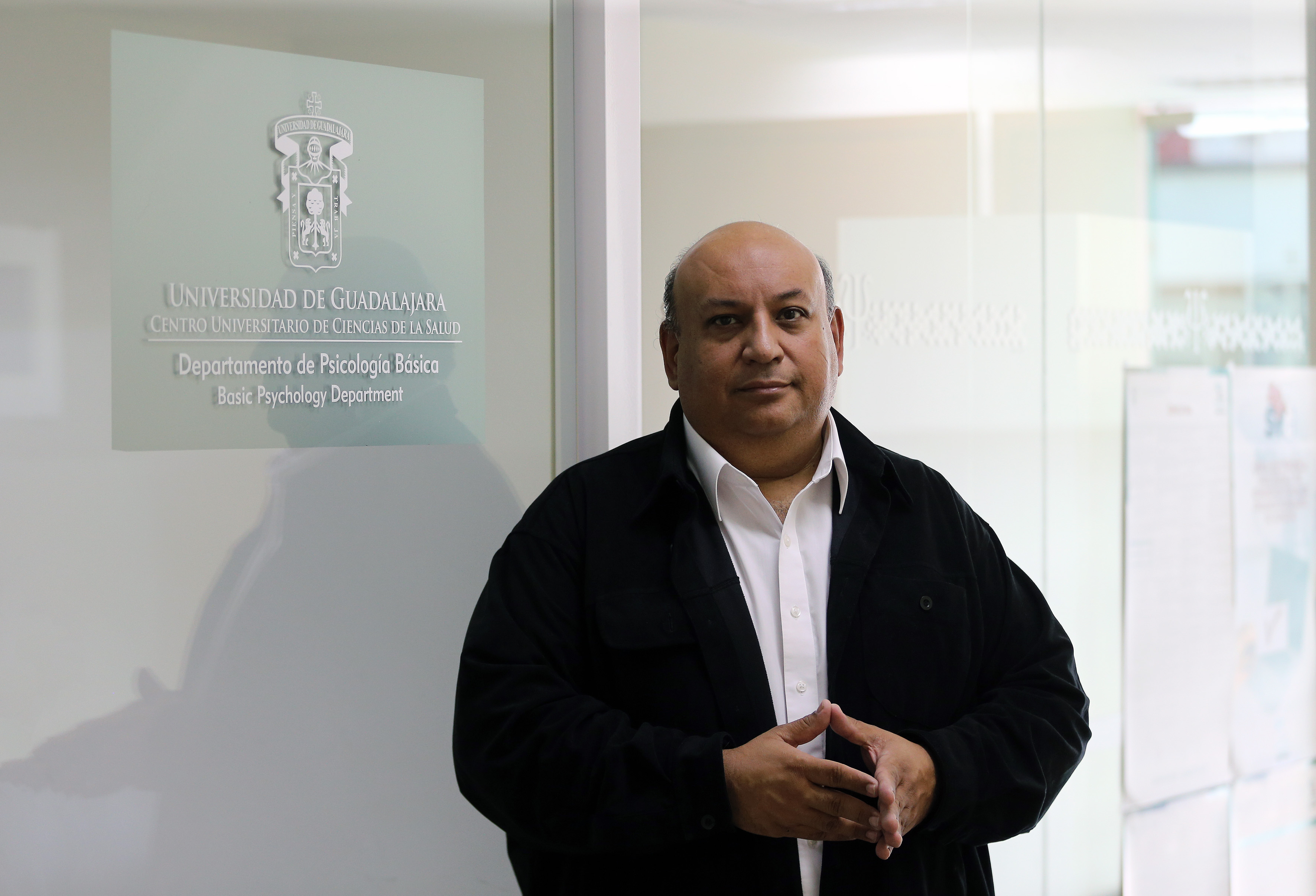 Mtro. Francisco Gutiérrez posa para la foto a las afueras del CEINFO