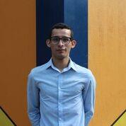 Demetrio Rodríguez posa para la foto en muro de colores