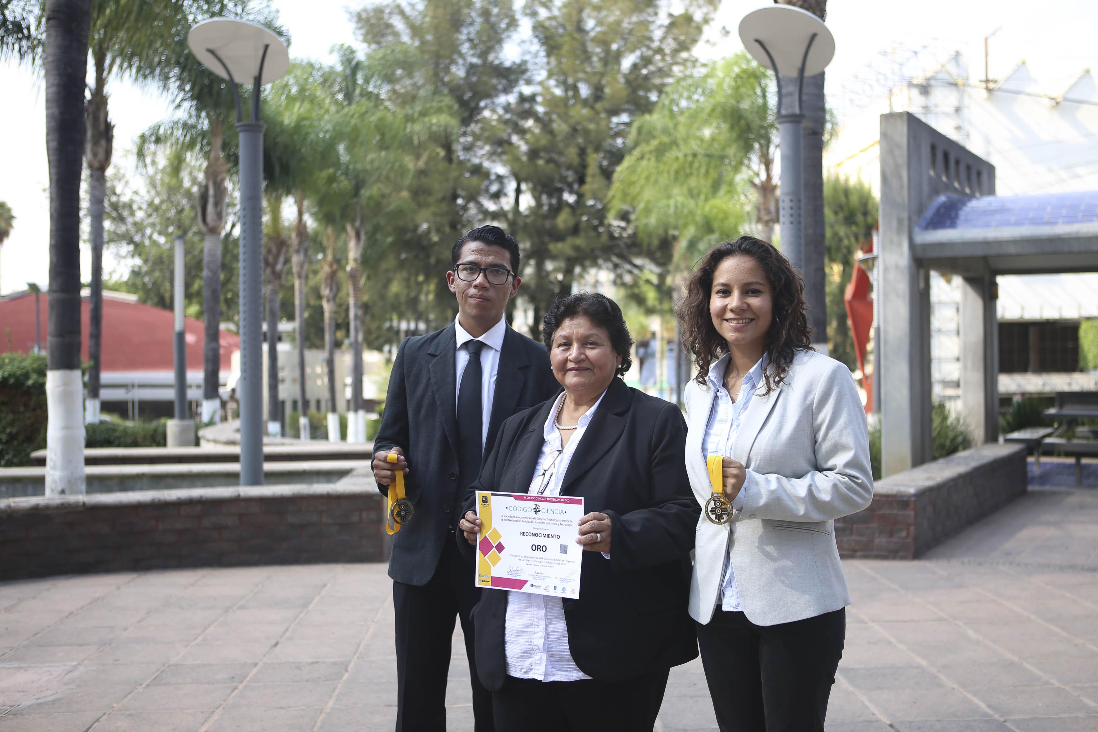 Alumnos ganadores con su asesora de Tesis