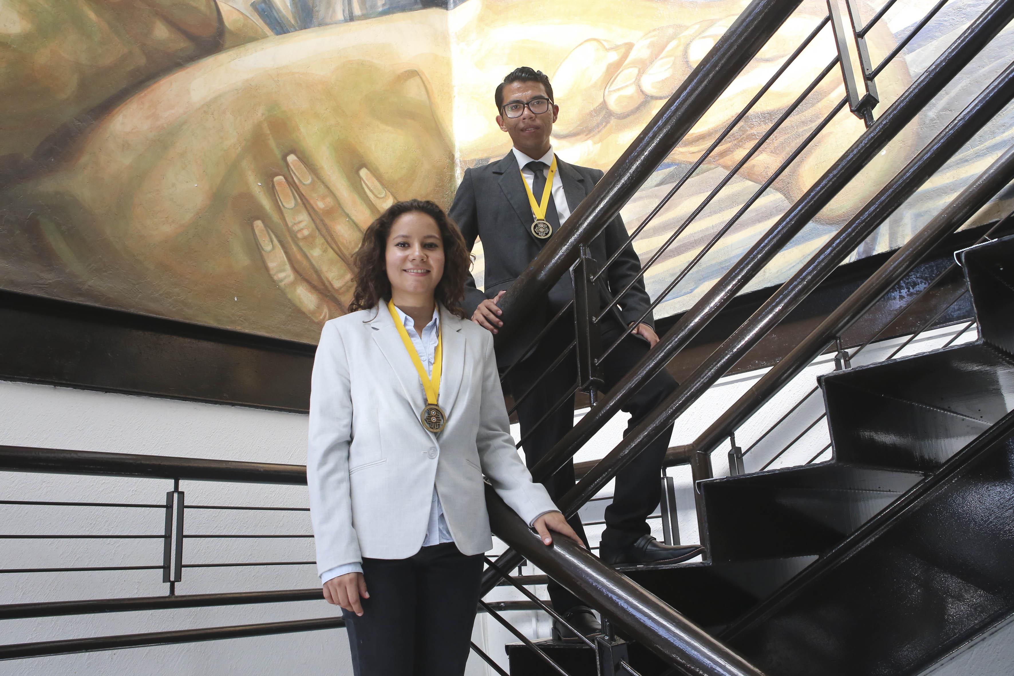 Alumnos ganadores bajando escaleras de Rectoría