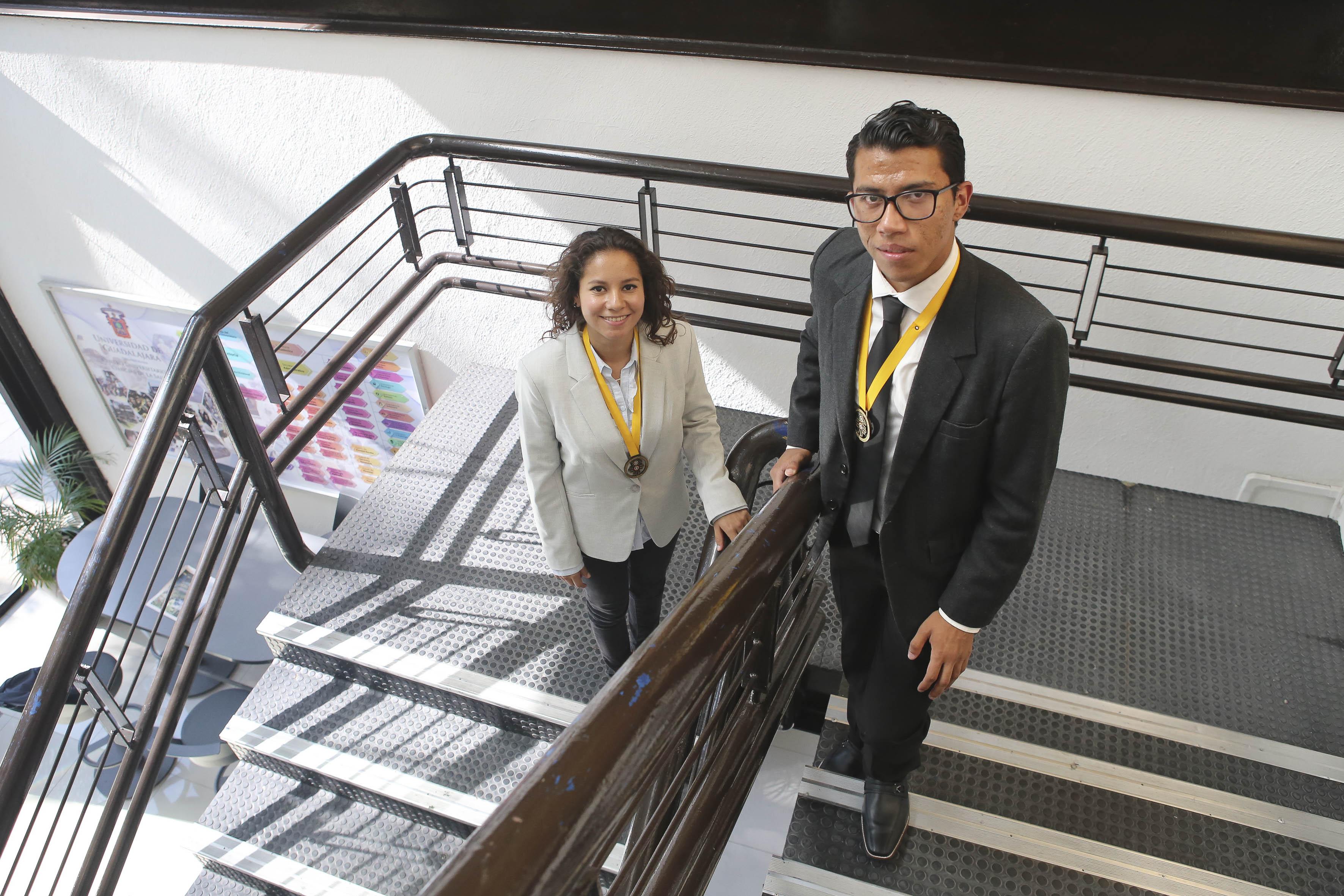 Alumnos ganadores posando en las escaleras de Rectoría mirando hacia arriba