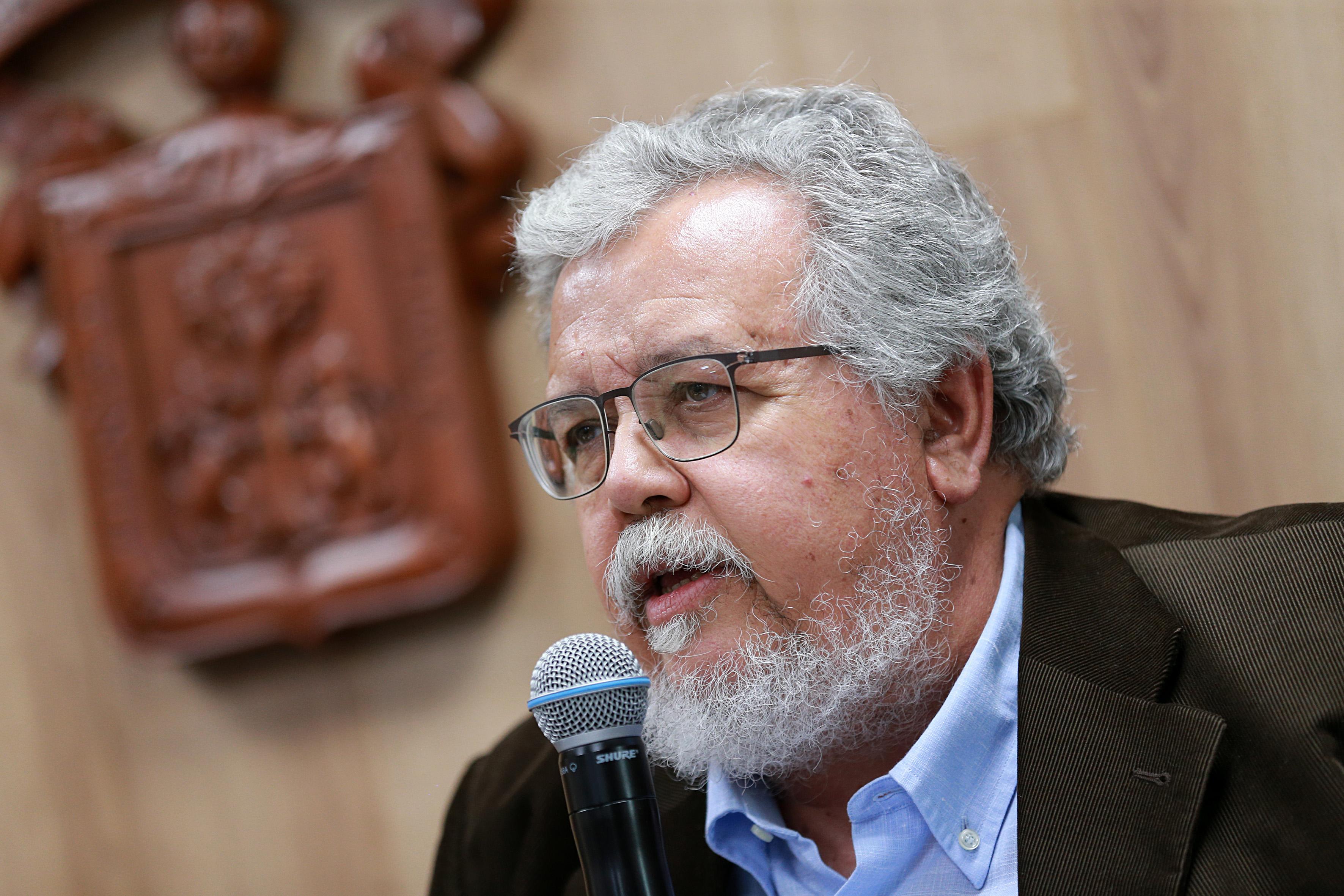 Dr. Guillermo Julián González al micrófono, toma cerrada