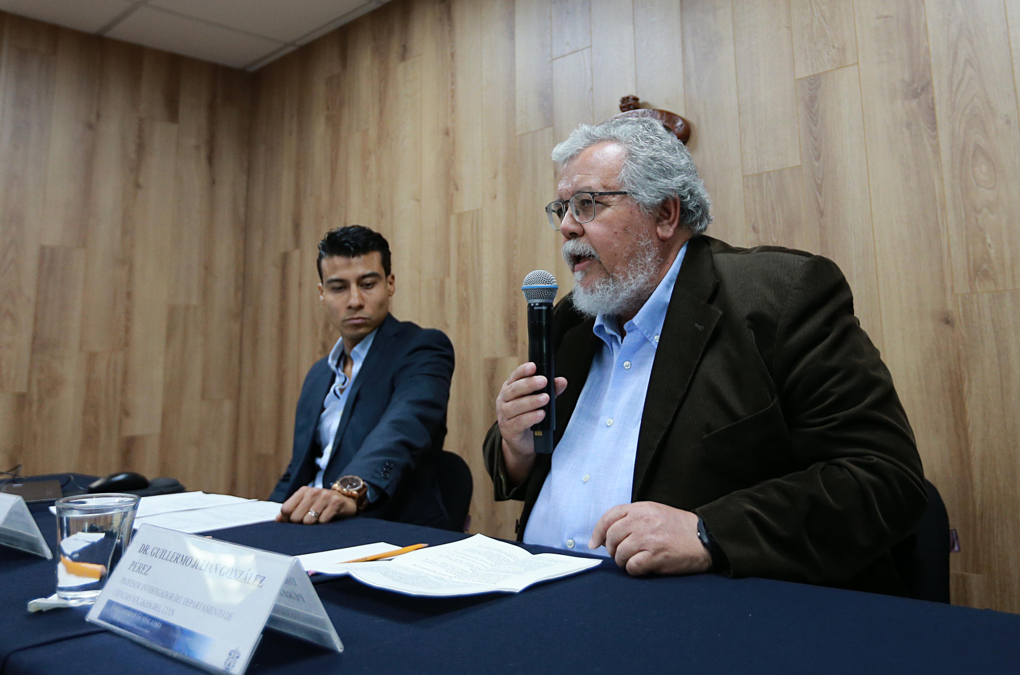 Miembros del presídium, Dr. Guillermo González al micrófono