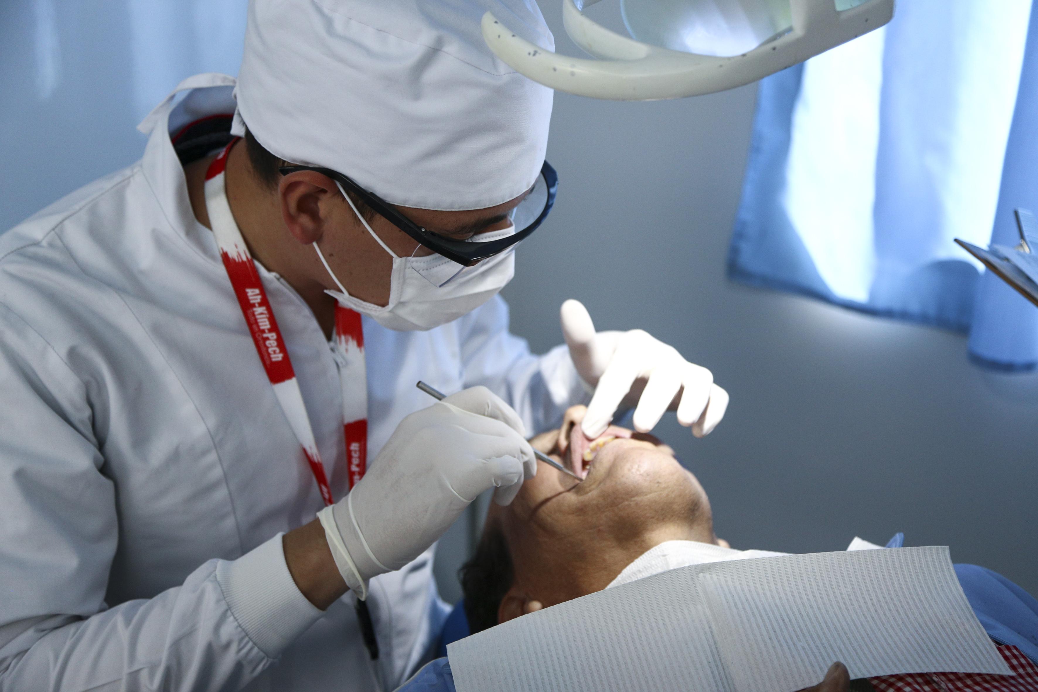 Odontólogo revisando a un paciente