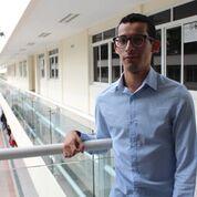 Demetrio Rodríguez posa para la foto al fondo aulas del CUCS