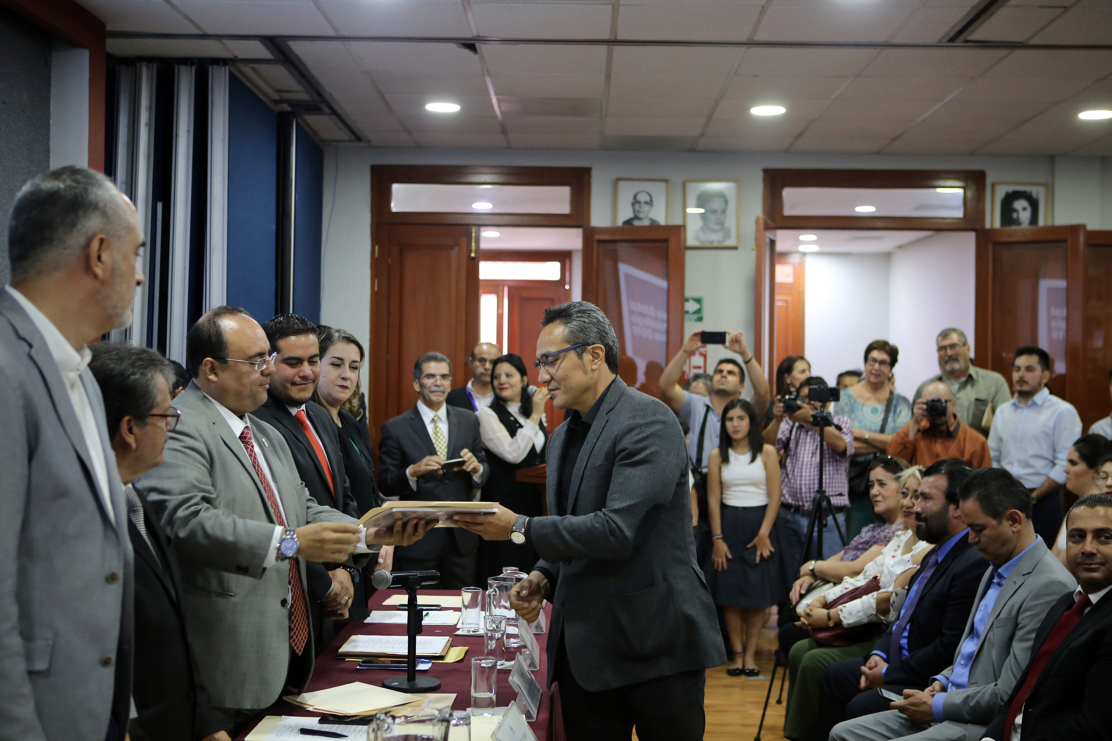 Dr. Arturo González Lozano, recibiendo premio