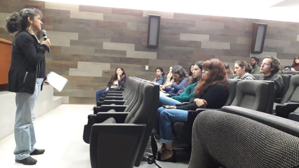 Dra. Patricia Ortega impartiendo conferencia