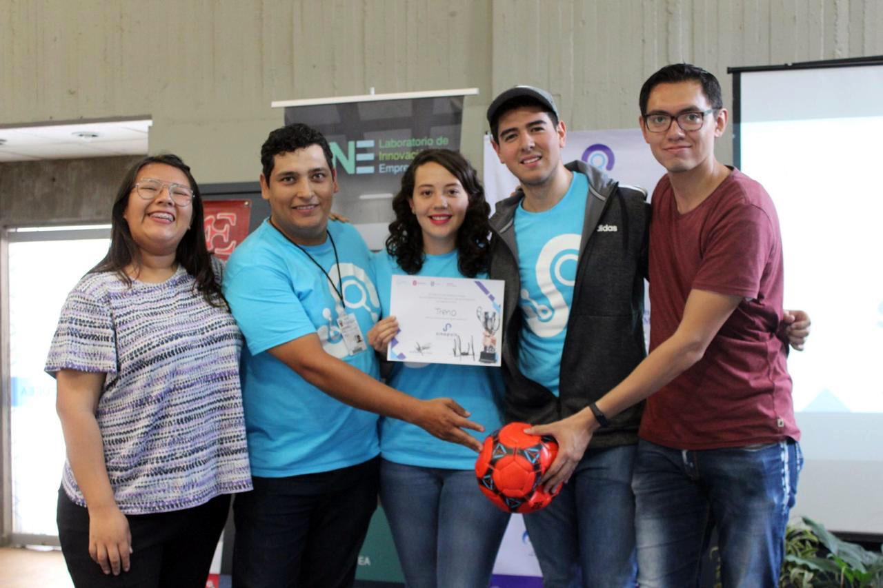 Equipo de ganadores posan para la foto exhibiendo su reconocimiento