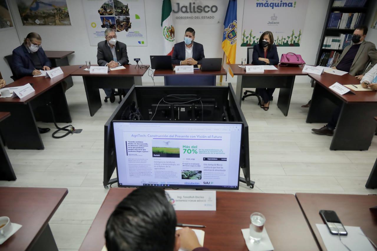 Sesión de trabajo presencial, en primer plano una computadora con la sesión virtual