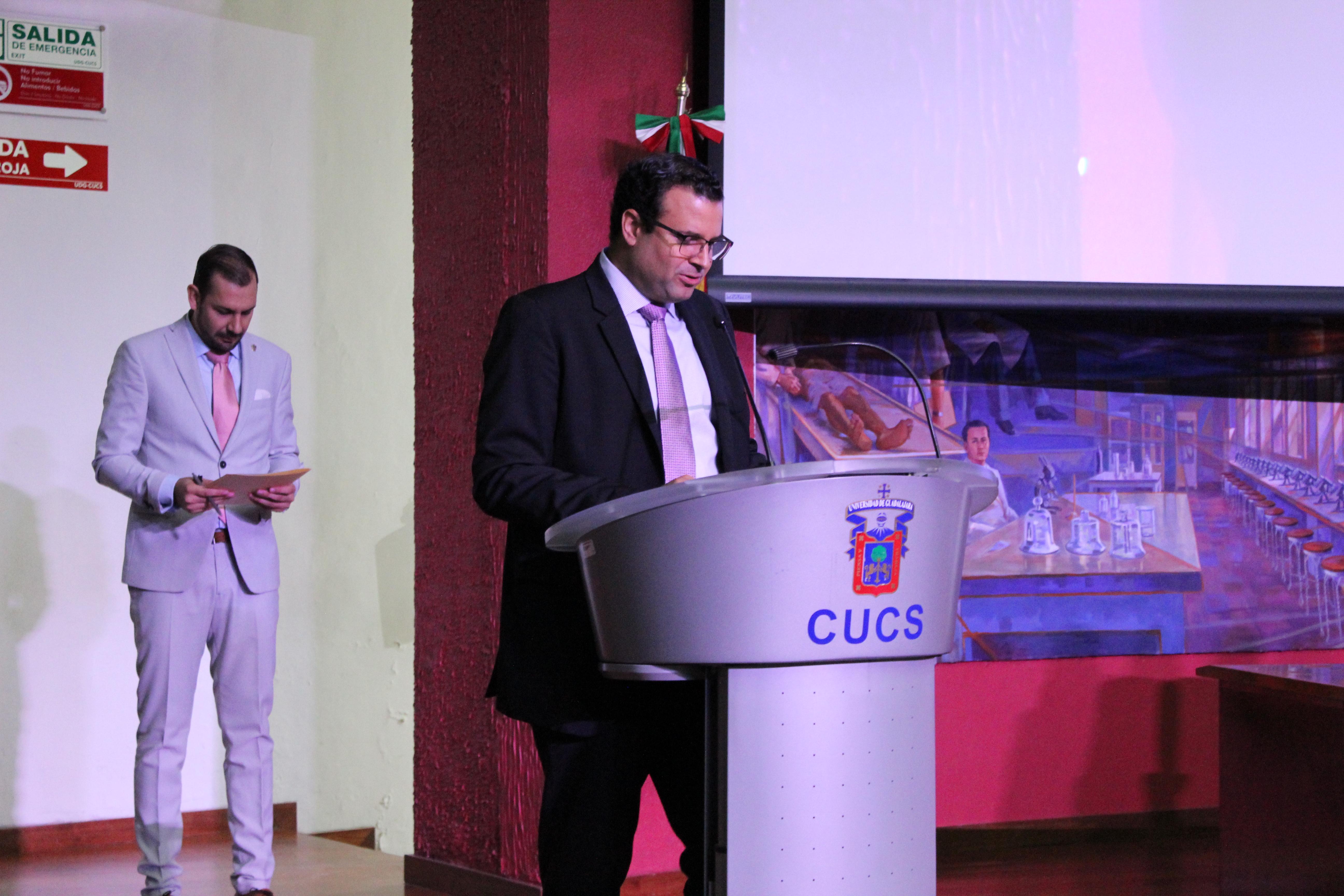 Secretario Académico dando mensaje inaugural