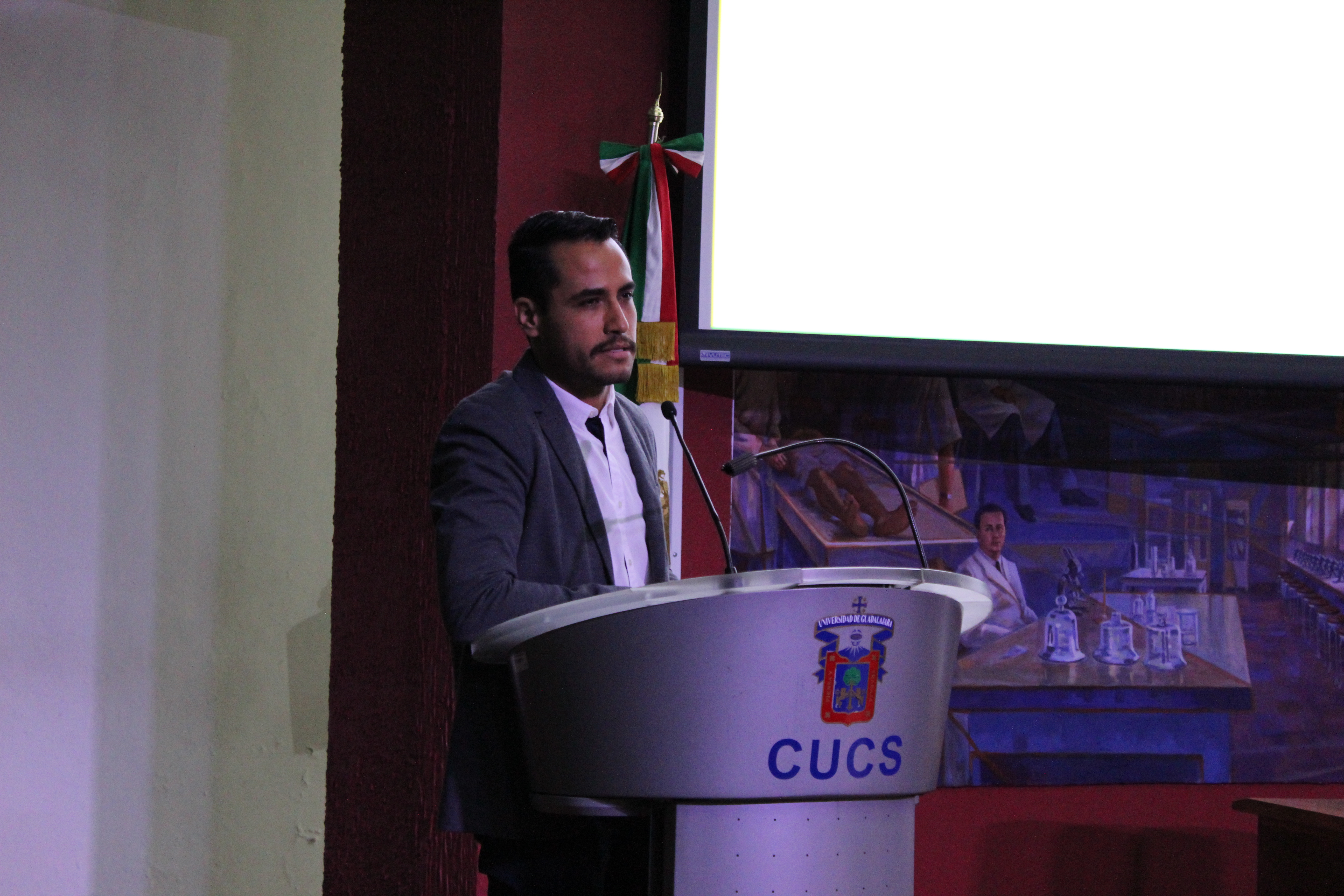 Coordinador Maestría en Microbiología Médica dando conferencia