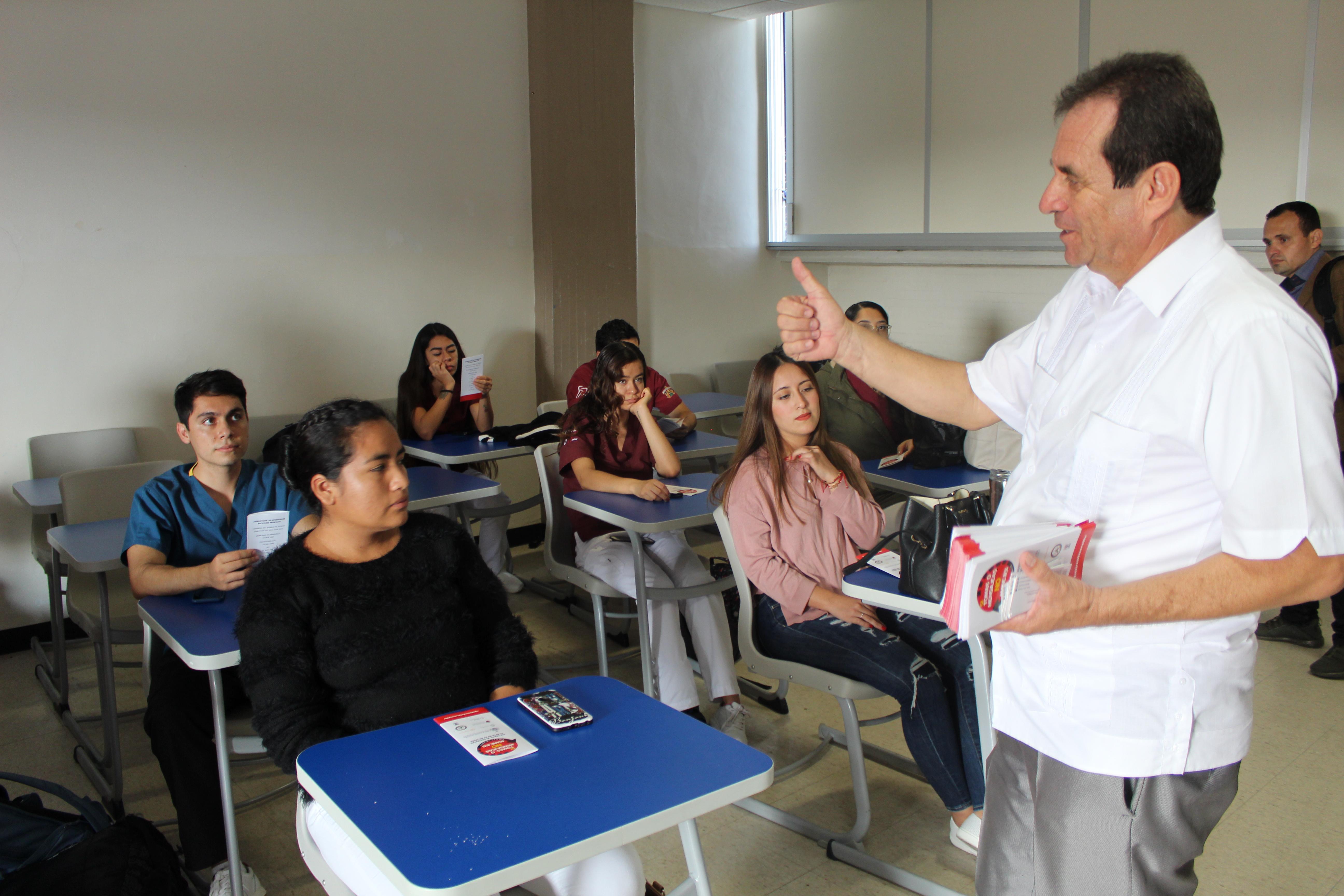 Diputado en salón de clases hablando de su campaña