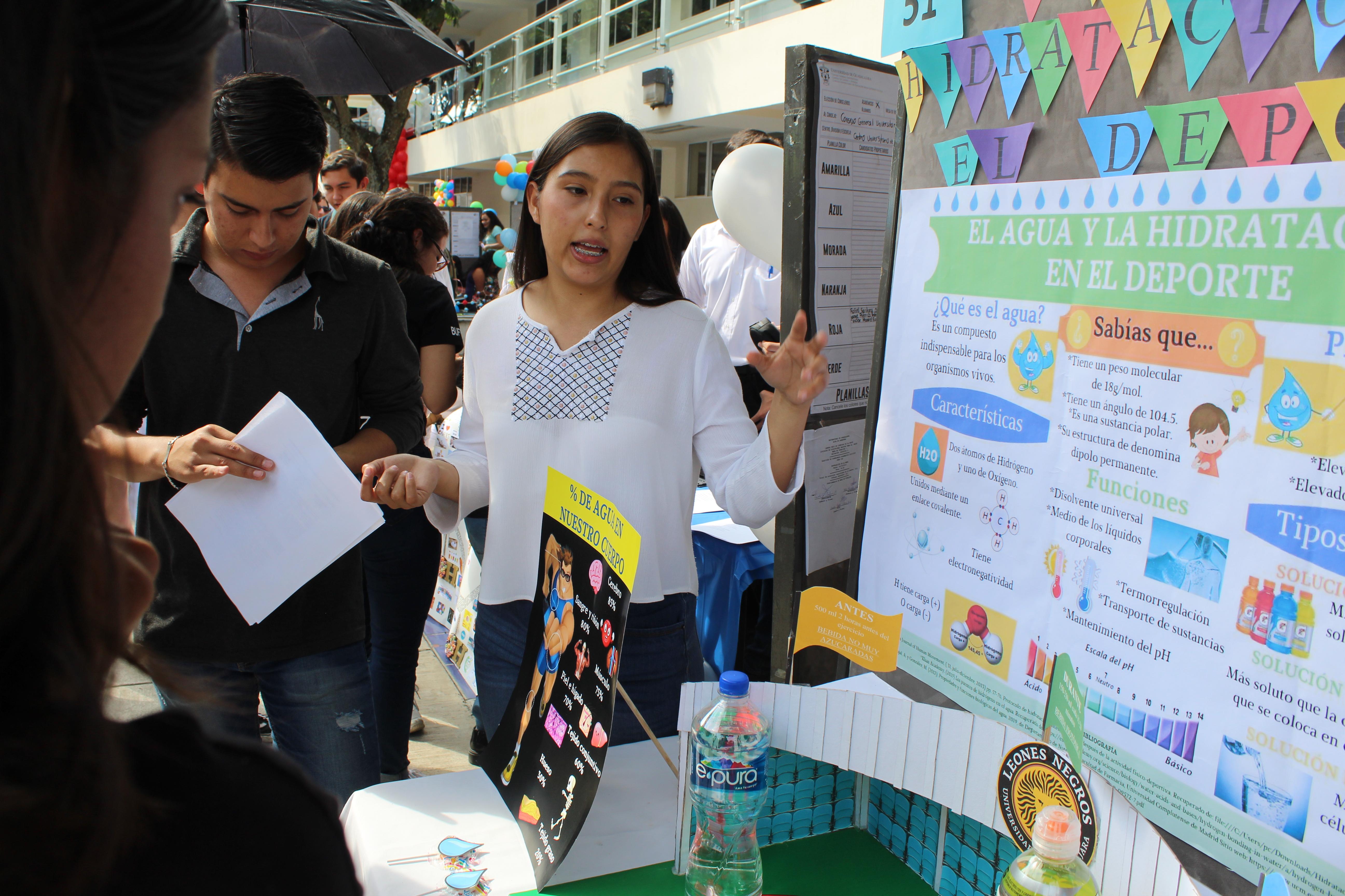 Alumna expositora explicando su cartel