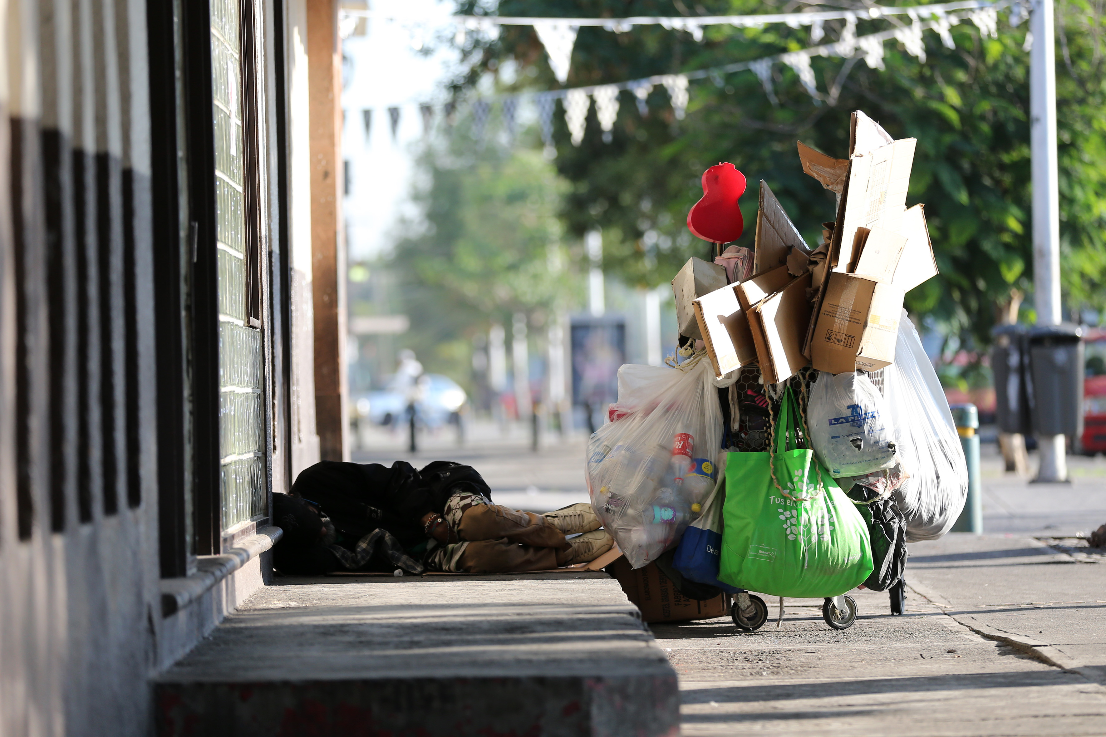 Indigente durmiendo en la calle