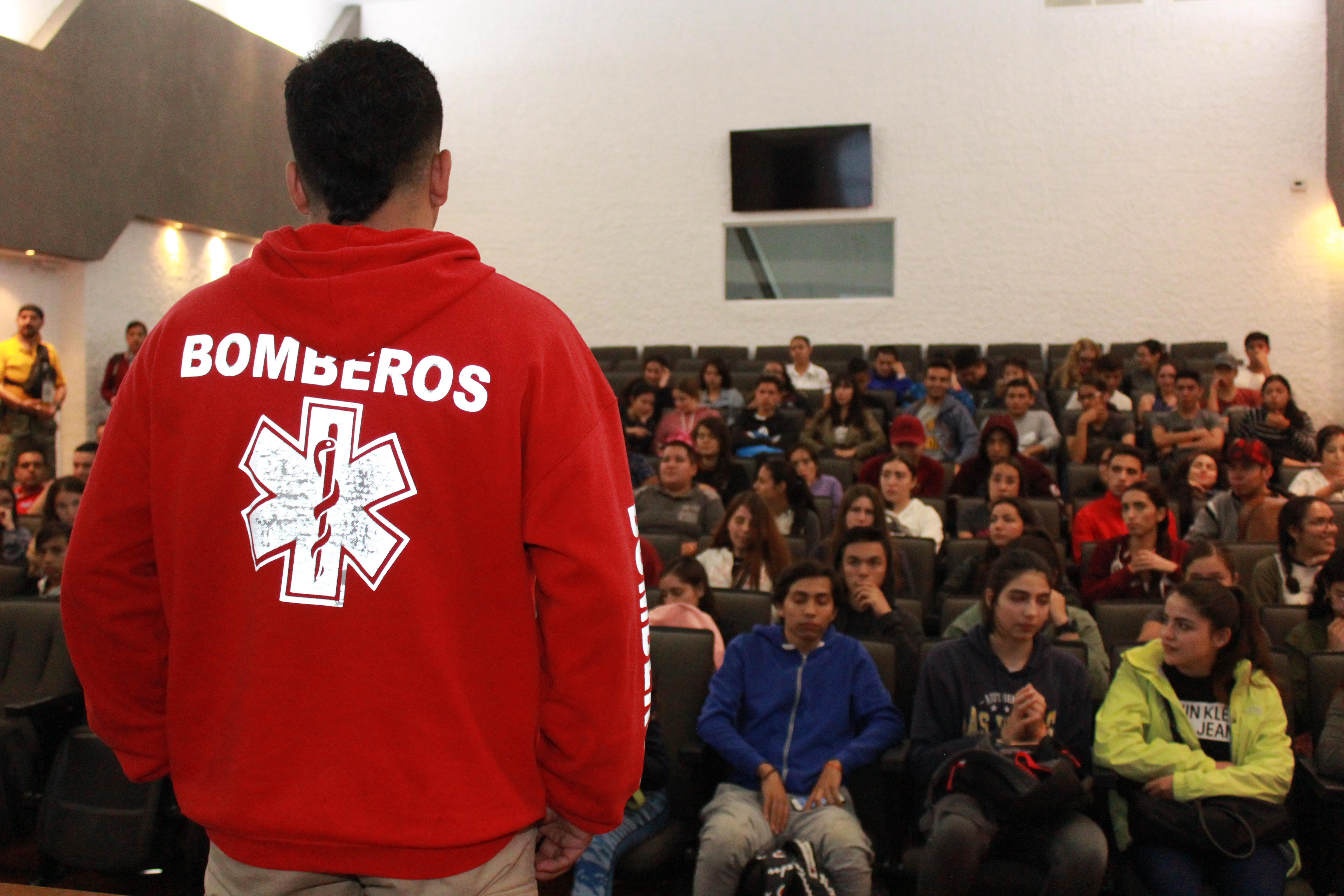 Bombero dando plática a alumnos