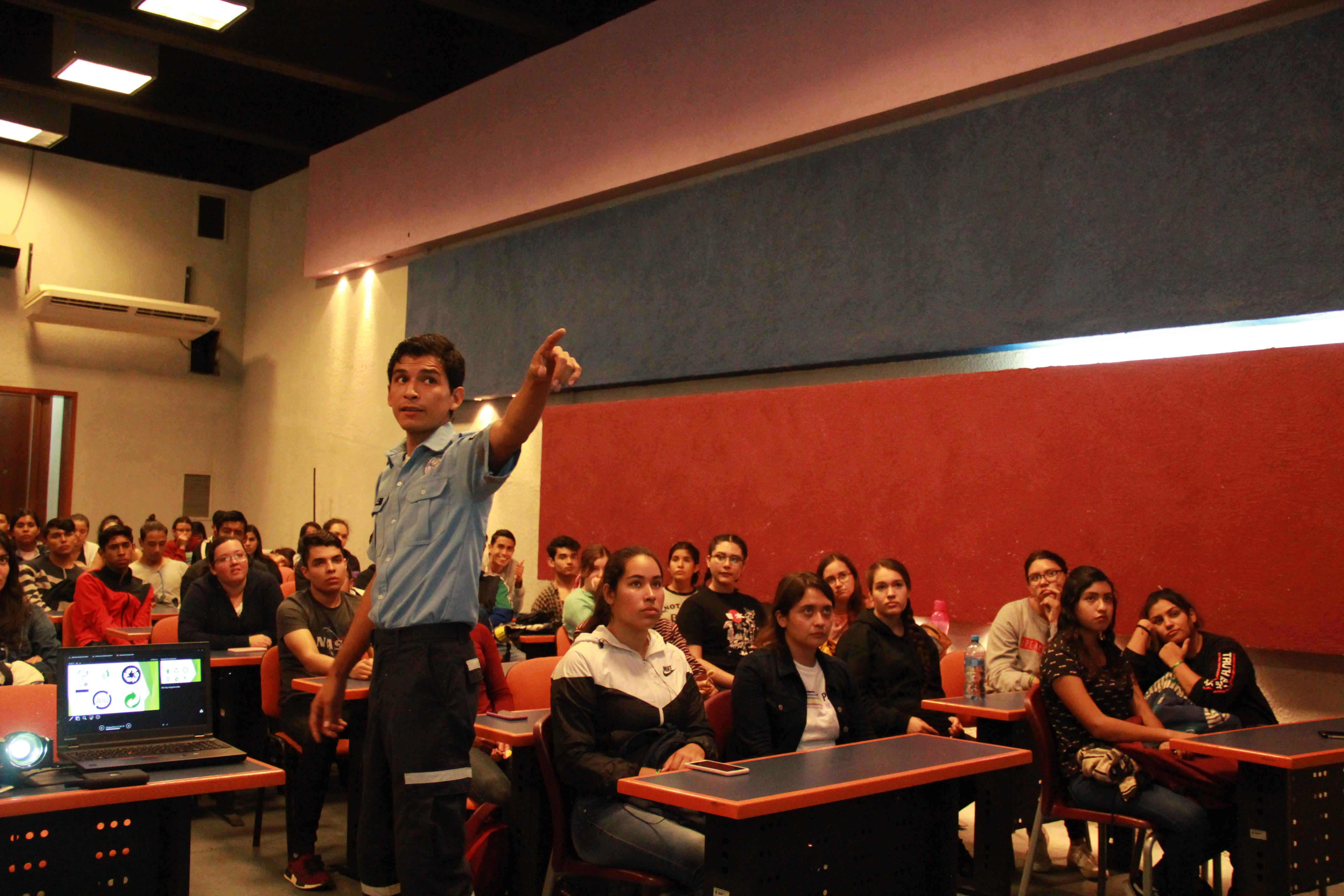 Voluntario de Protección Civil dando plática a estudiantes