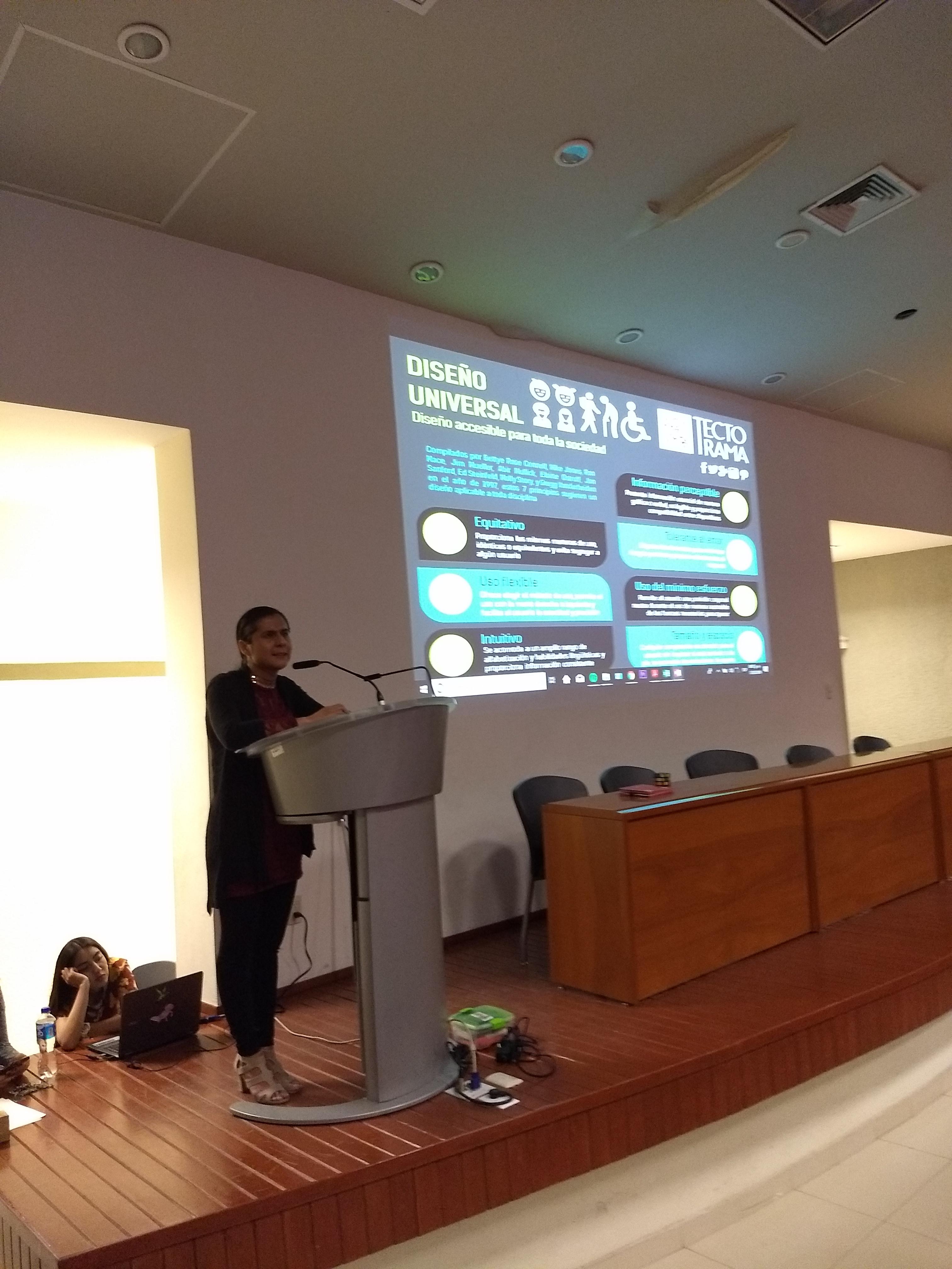 Jefa Unidad de Inclusión, impartiendo taller 1