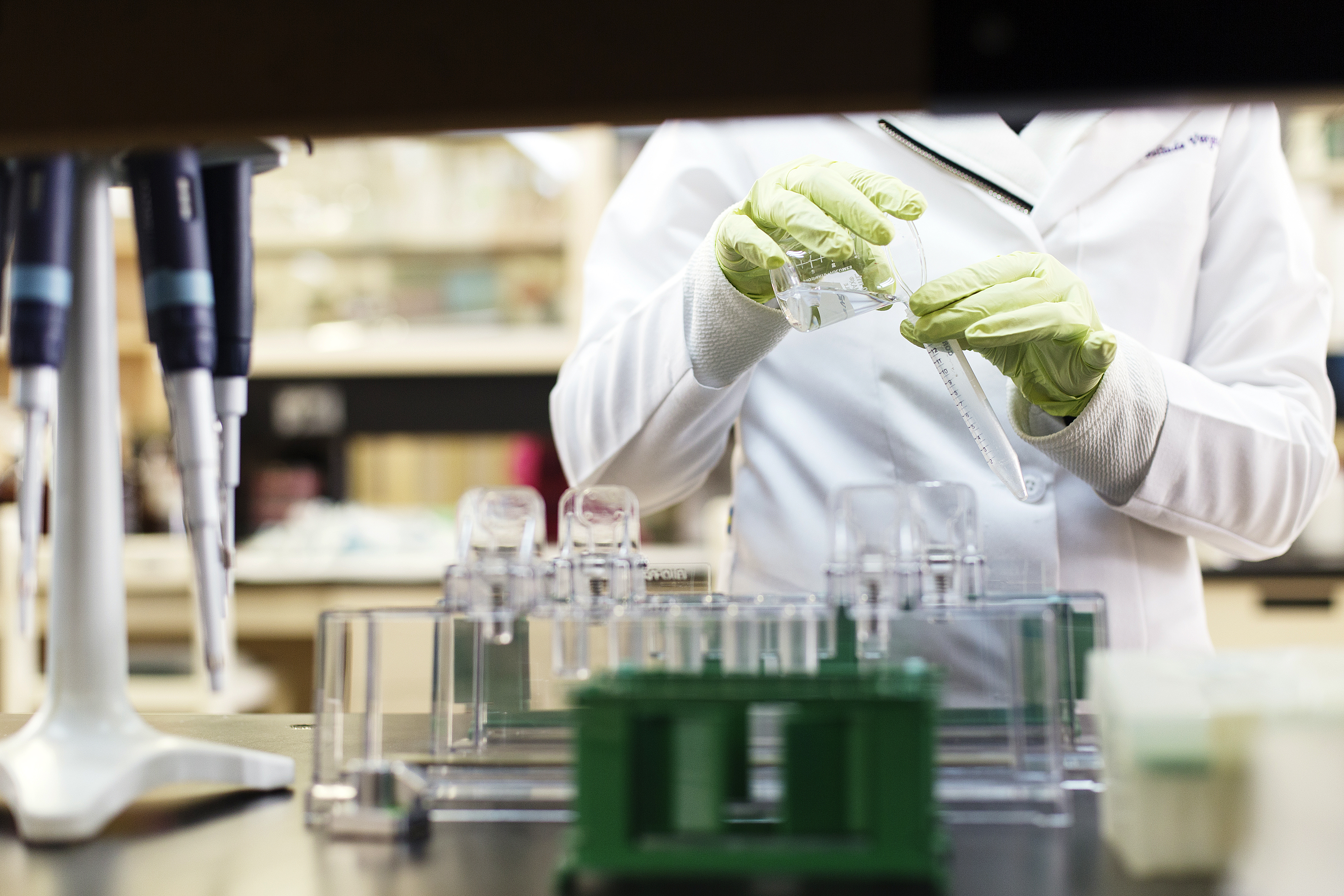 Investigador trabajando en el laboratorio