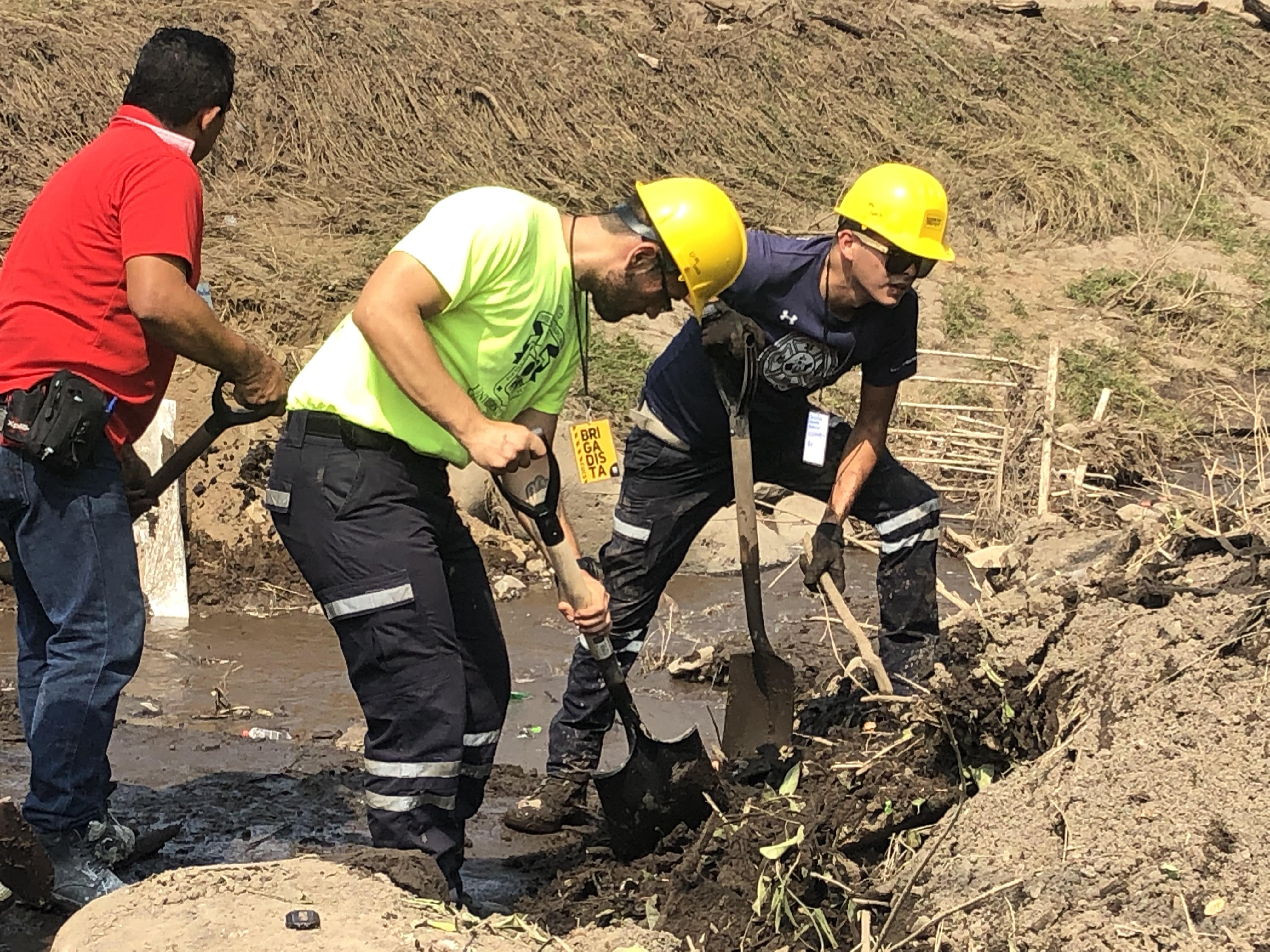 Apoyo de protección civil en limpieza de lodo