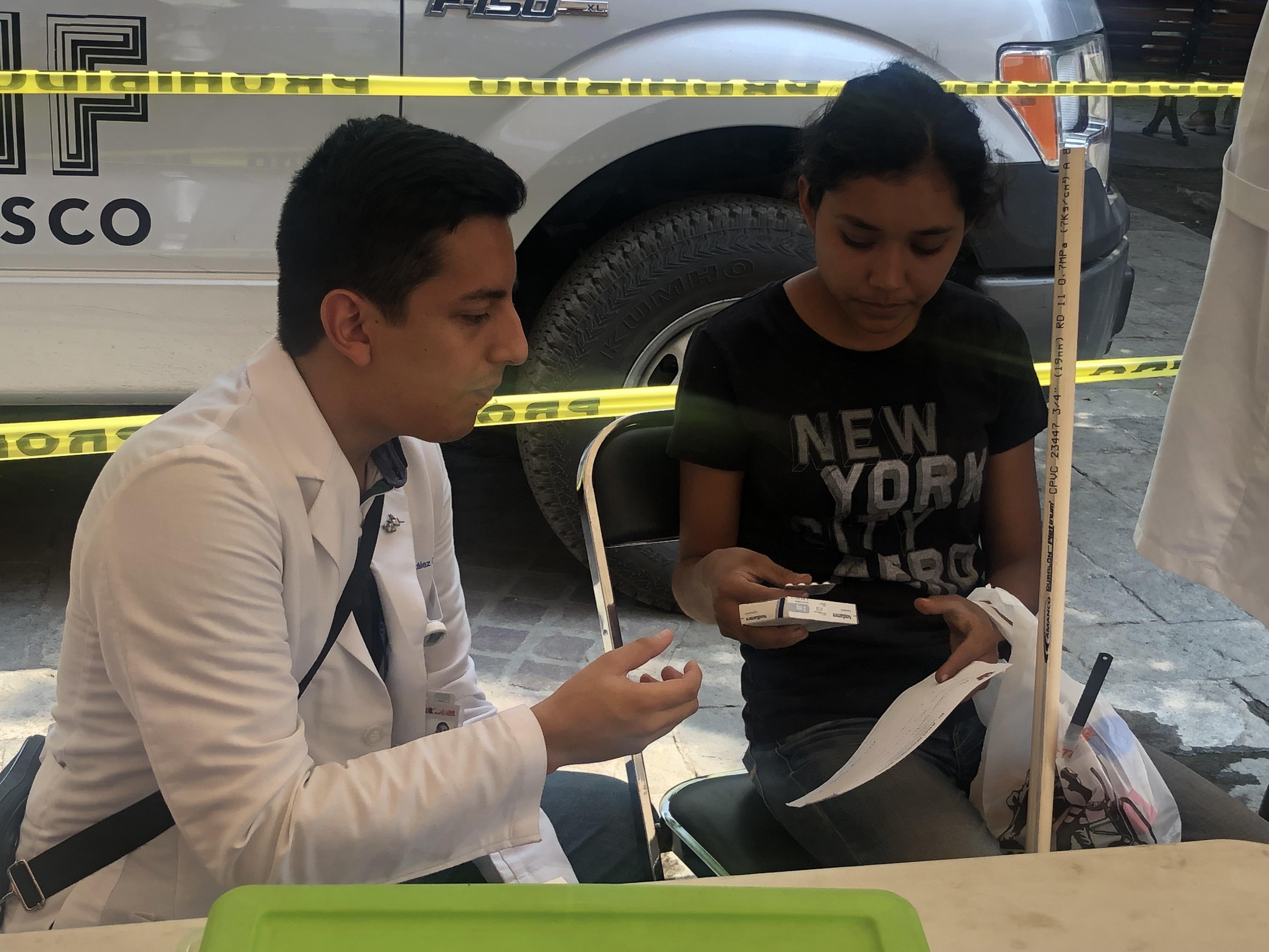 Médico de CUCS dando consulta