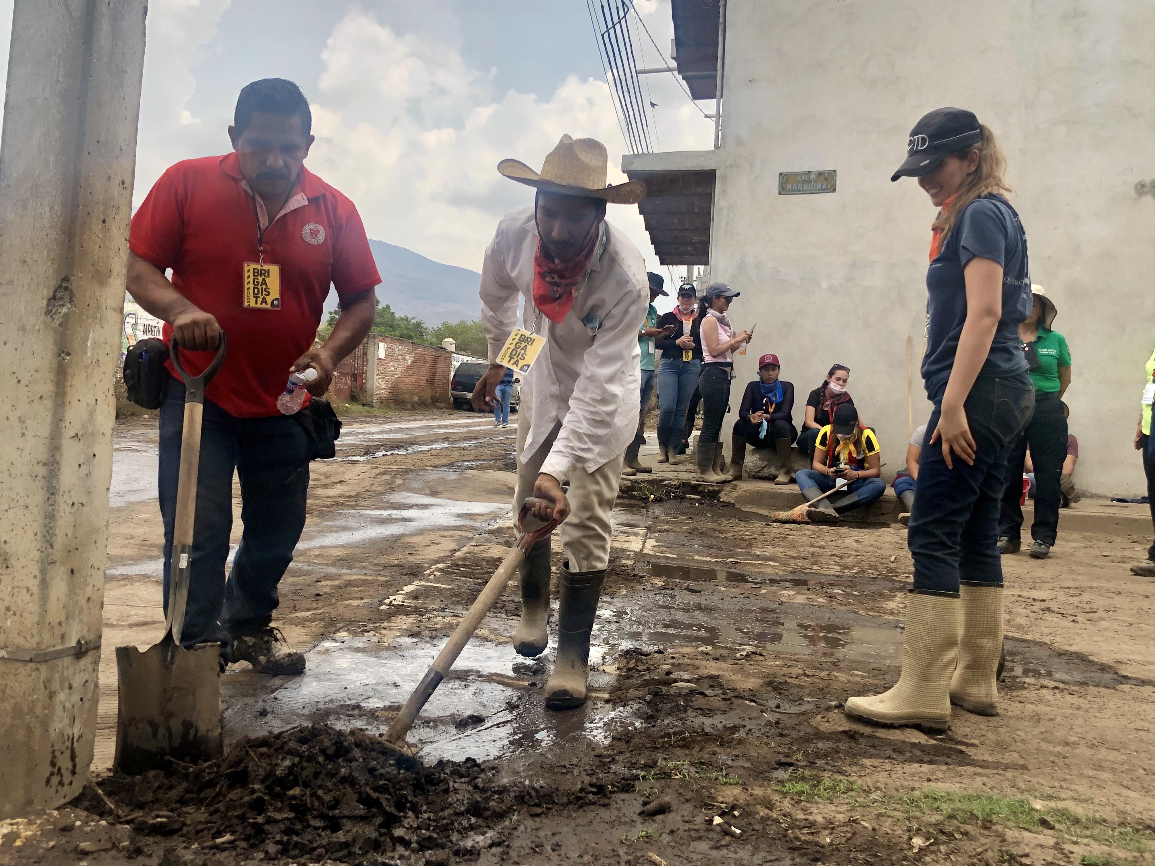 Voluntarios de CUCS en limpieza de calles