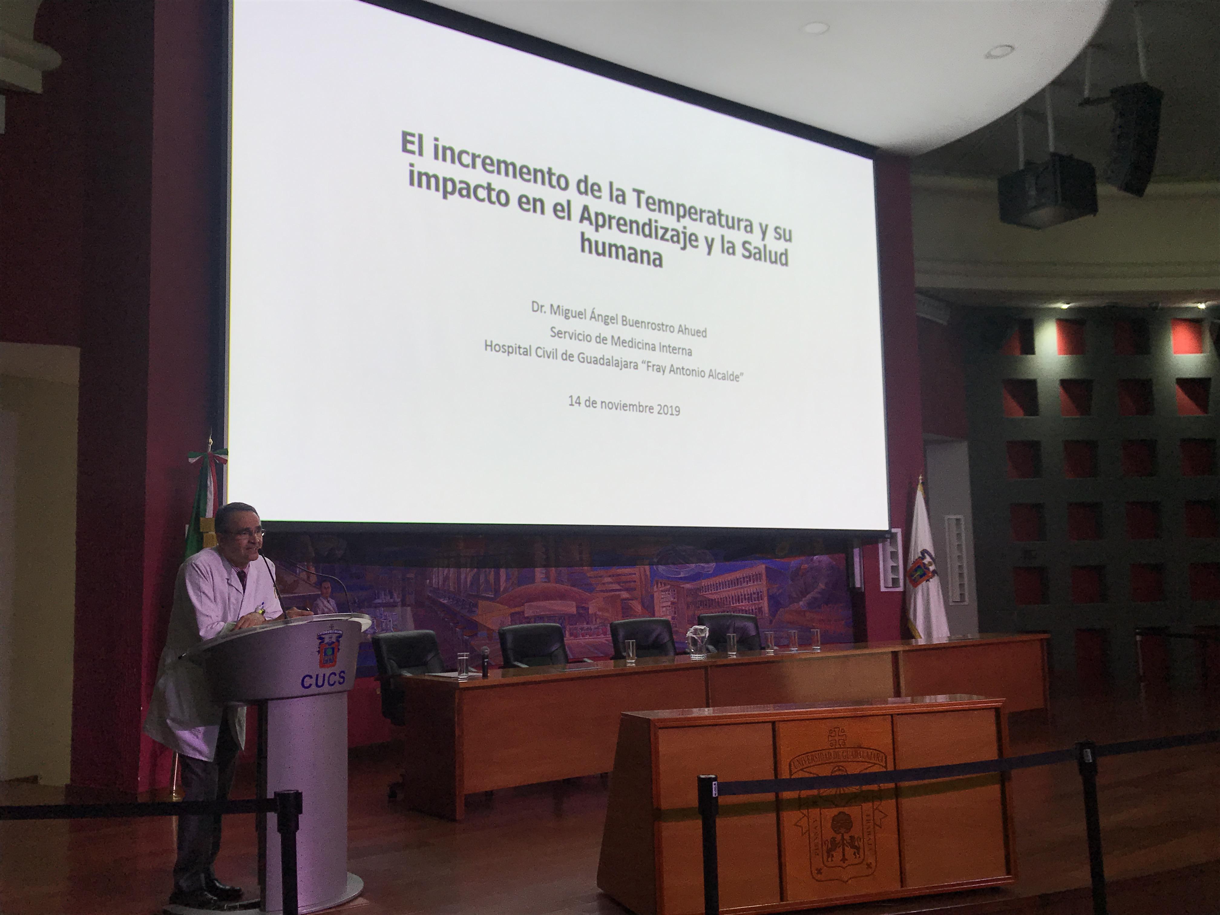 Ponente en el pódium, atrás diapositiva