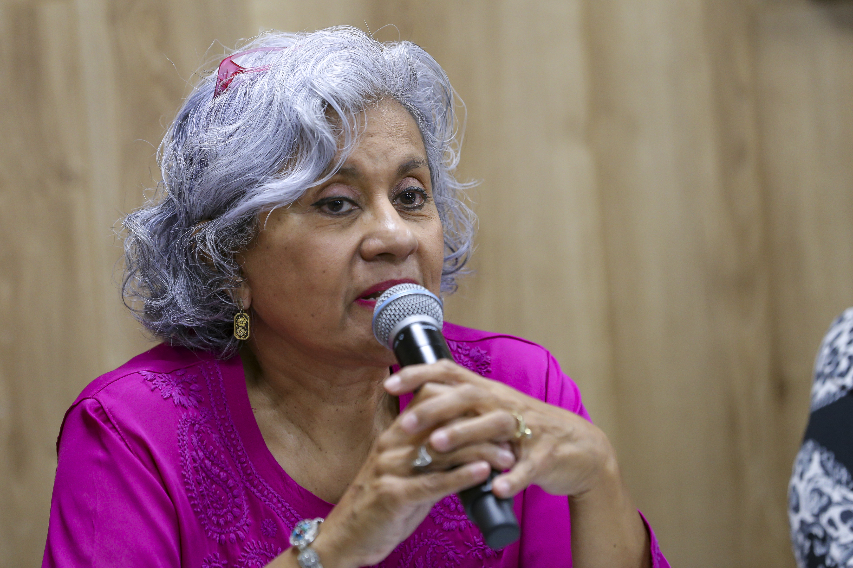 Dra. Irma Valadez al micrófono