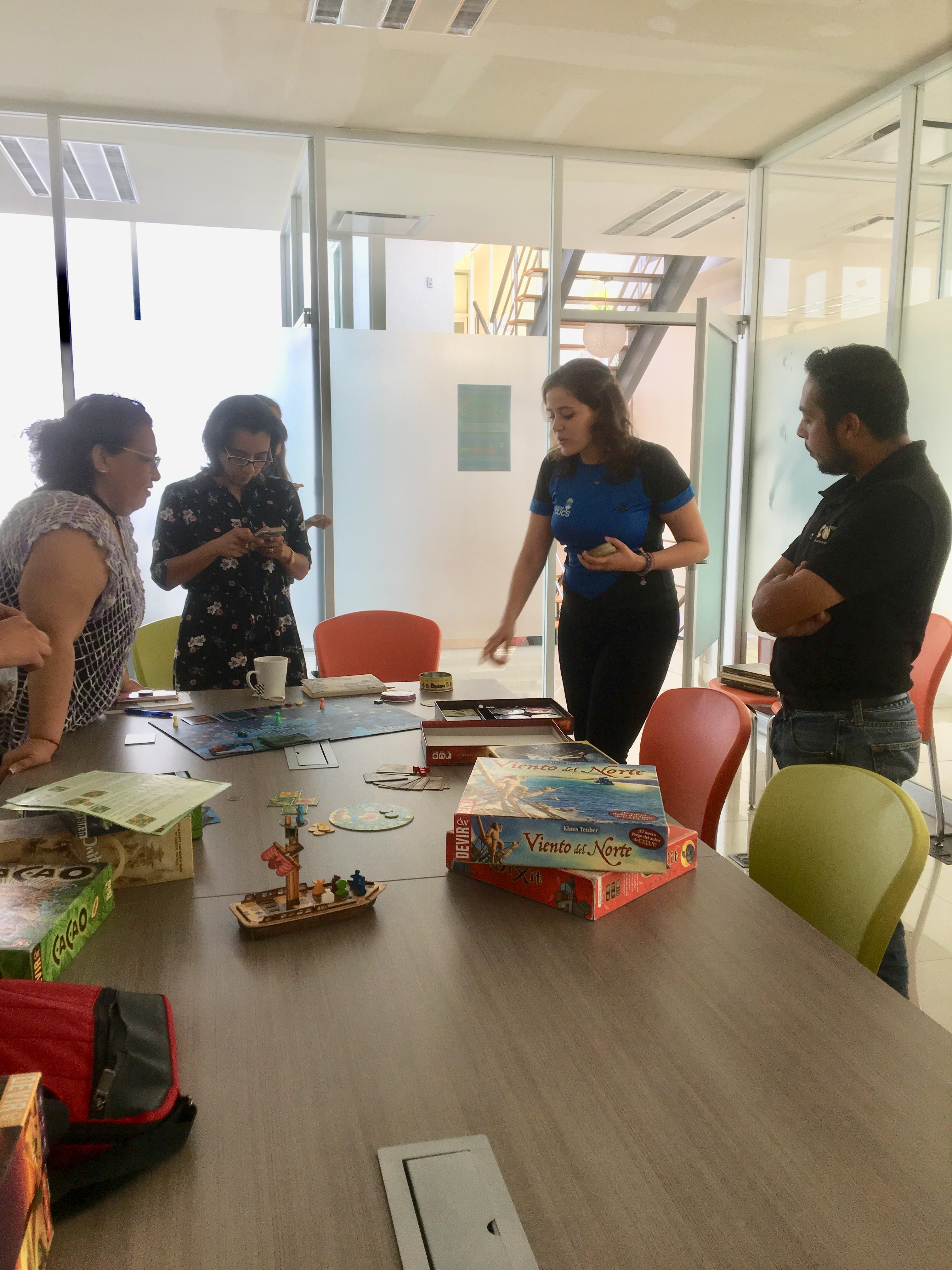 Colaboradoras del JuegaCUCS presentando el proyecto