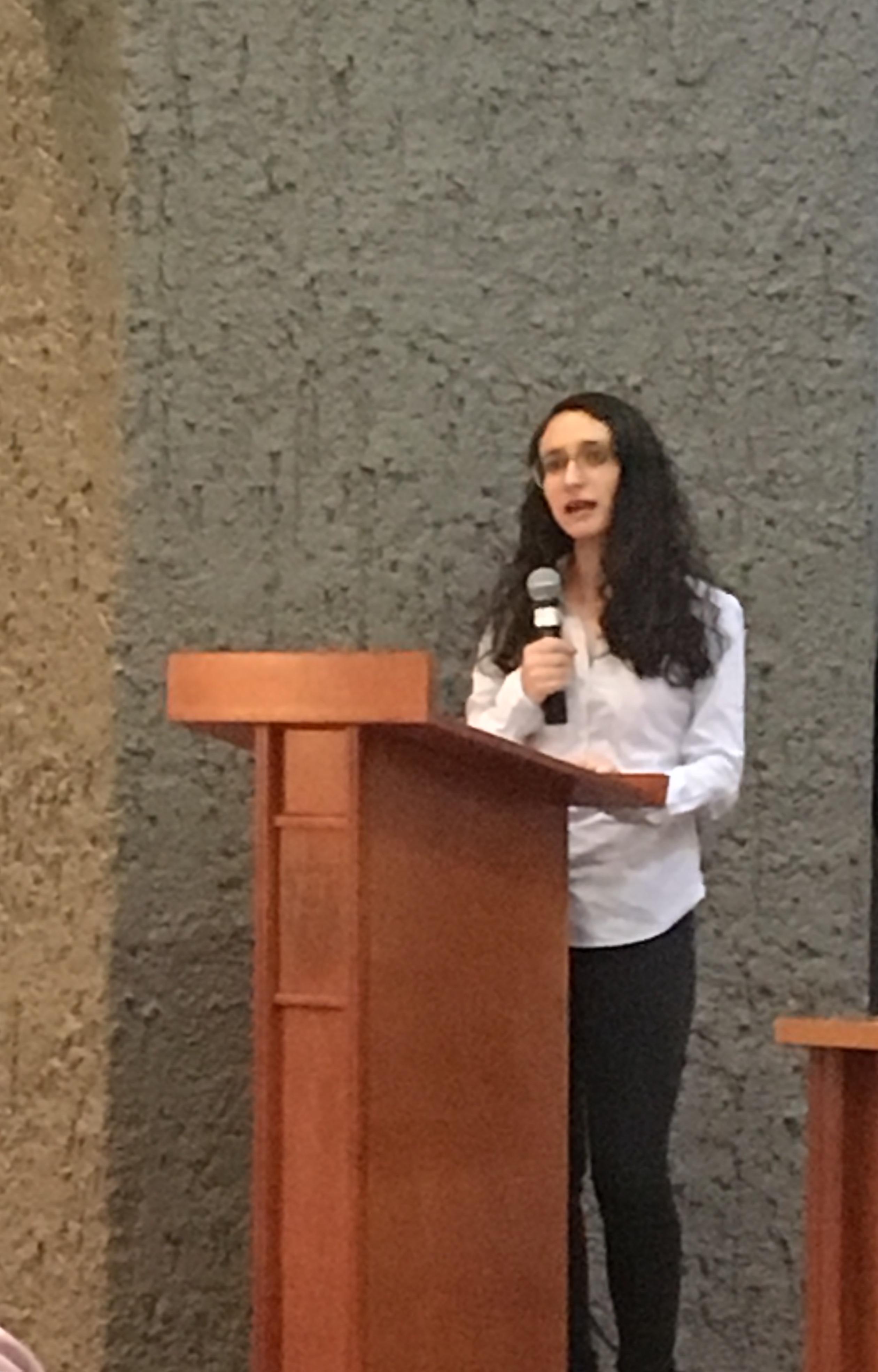 Estudiante de Medicina en el uso de la voz en el podio