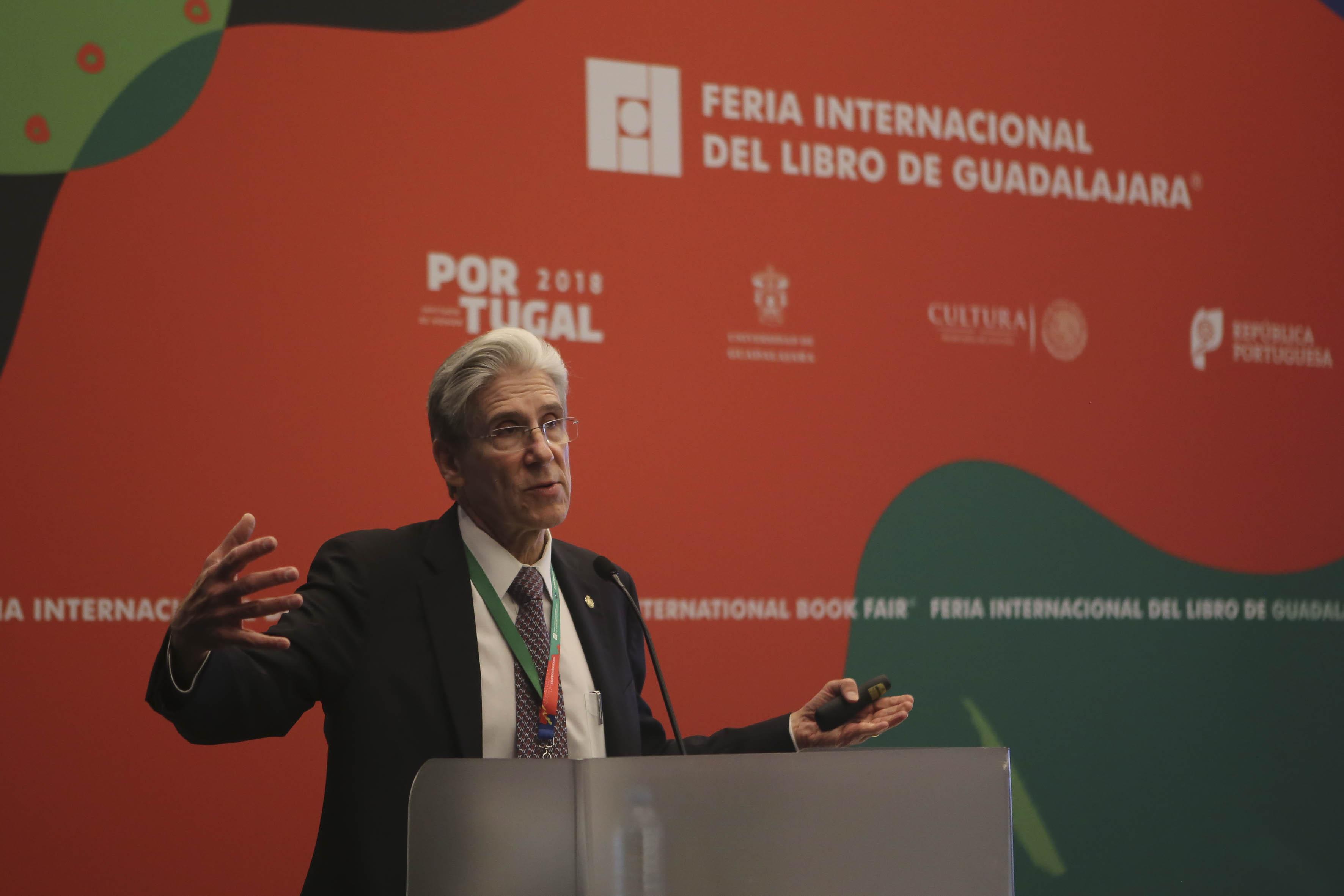 Dr. Julio Frenk impartiendo conferencia en FIL