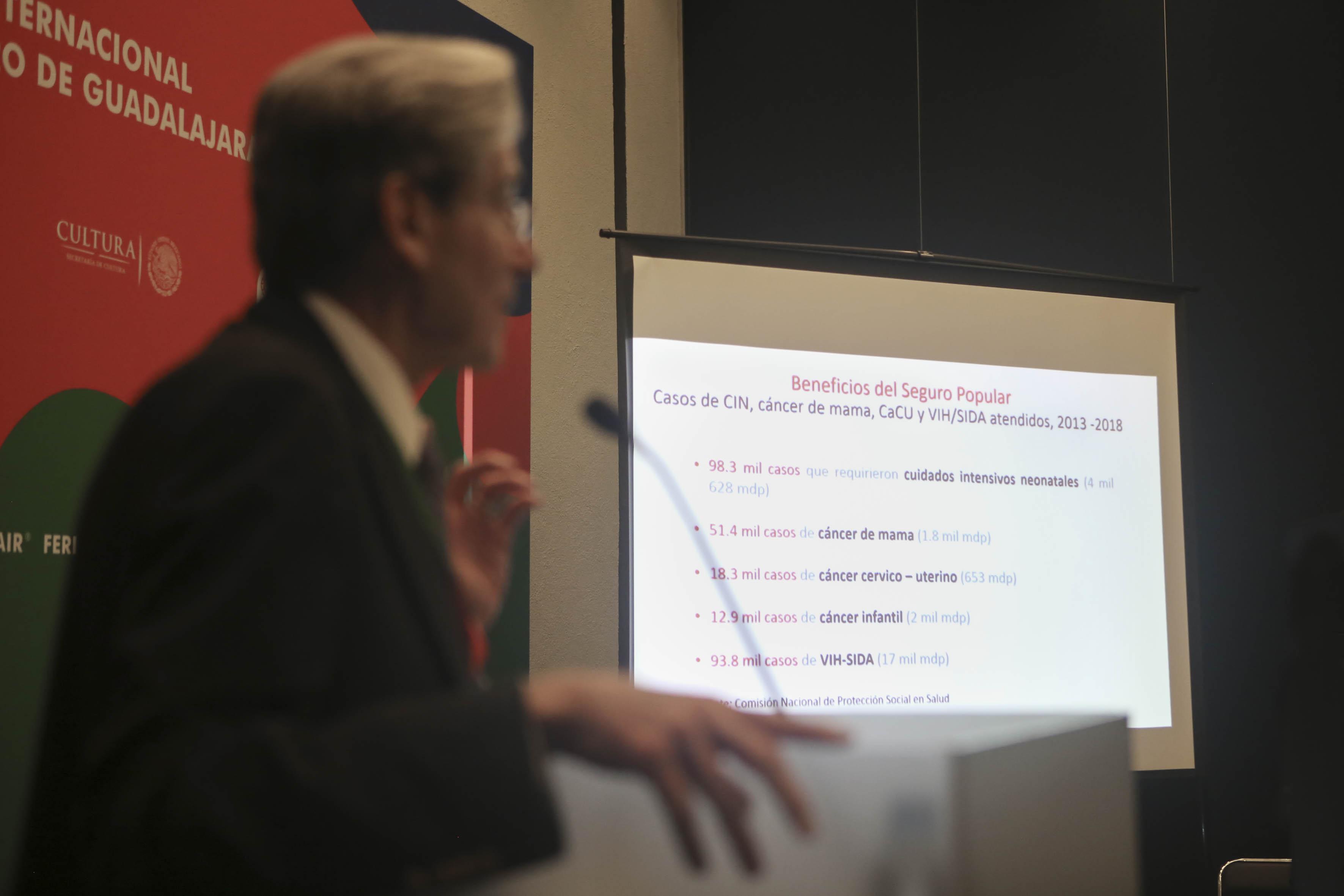 Dr. Julio Frenk, impartiendo conferencia en FIL. Al fondo una diapositiva