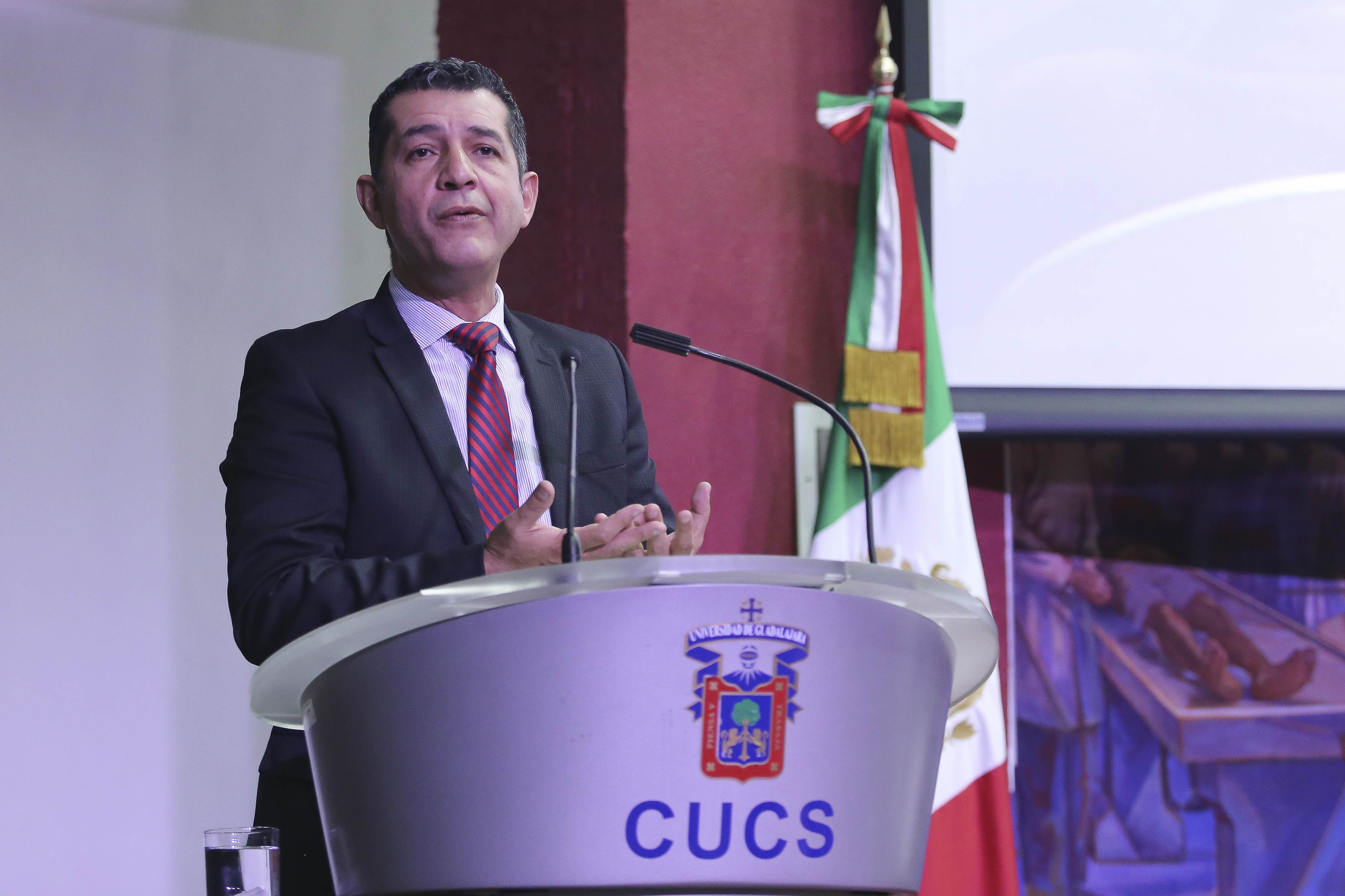 Director General de Educación Superior Investigación y Posgrado de la Secretaría de Innovación, Ciencia y Tecnología del Estado de Jalisco, Mtro.  Luis Gustavo Padilla Montes, en el podio