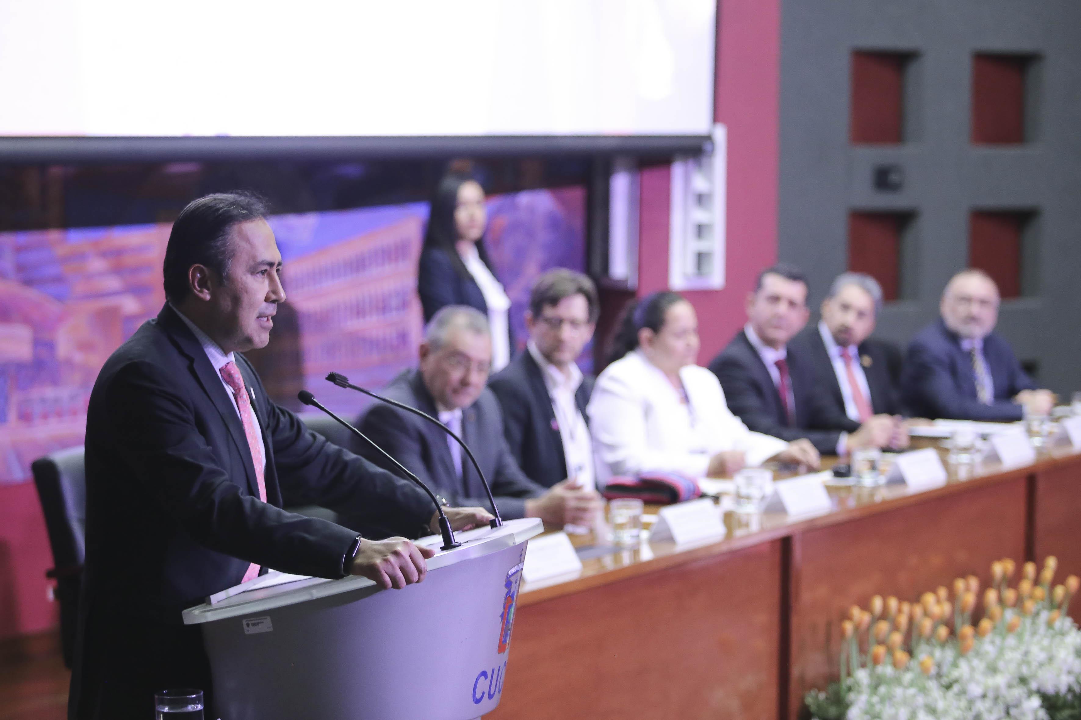 Rector del CUCS dando mensaje de bienvenida en inauguración de ÚRSULA
