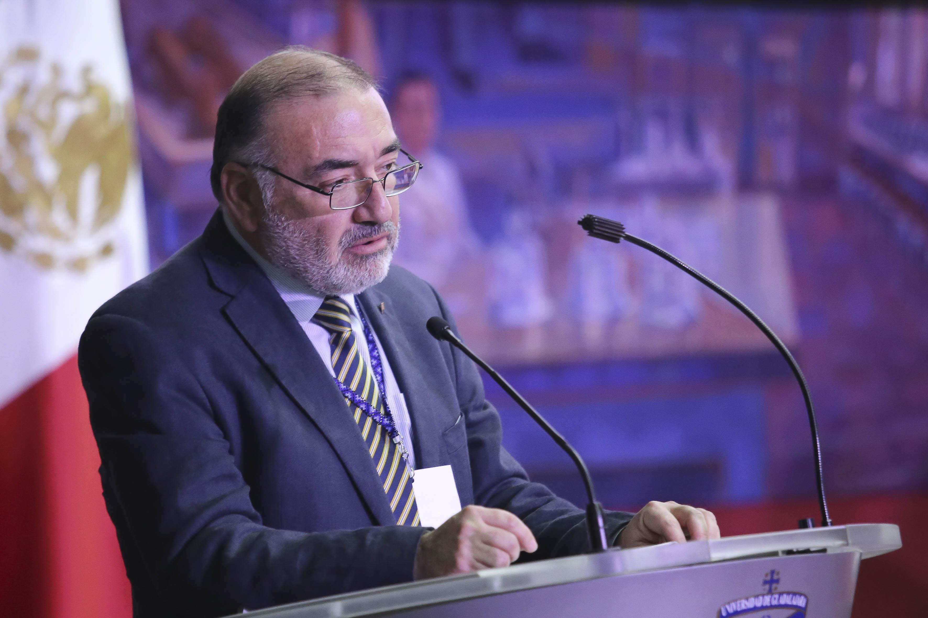 Fundador de URSULA  y Vicerrector de Vinculación de la Universidad Tecnológica Metropolitana de Chile, Dr. Mario Torres, en el podio