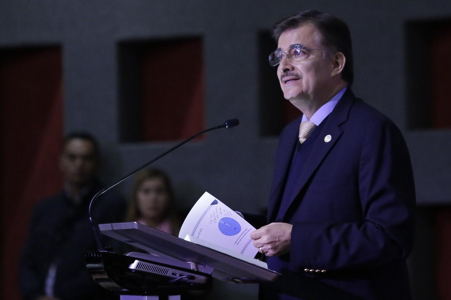 Mtro Izcóatl Tonatiuh Bravo, comentando el informe del rector del CUCS