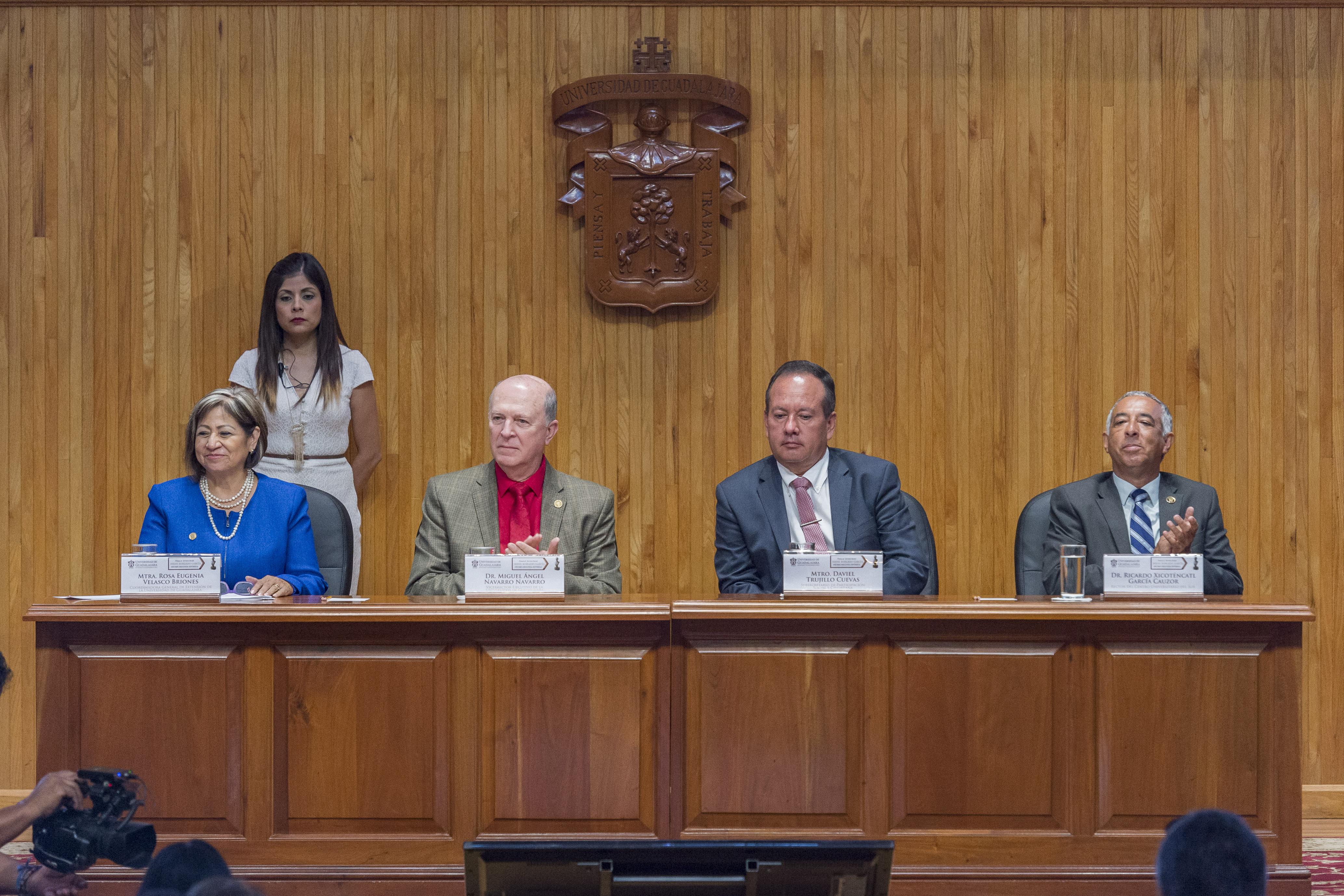 Miebros del presídium en la ceremonia de entrega de la Presea Irene Robledo García