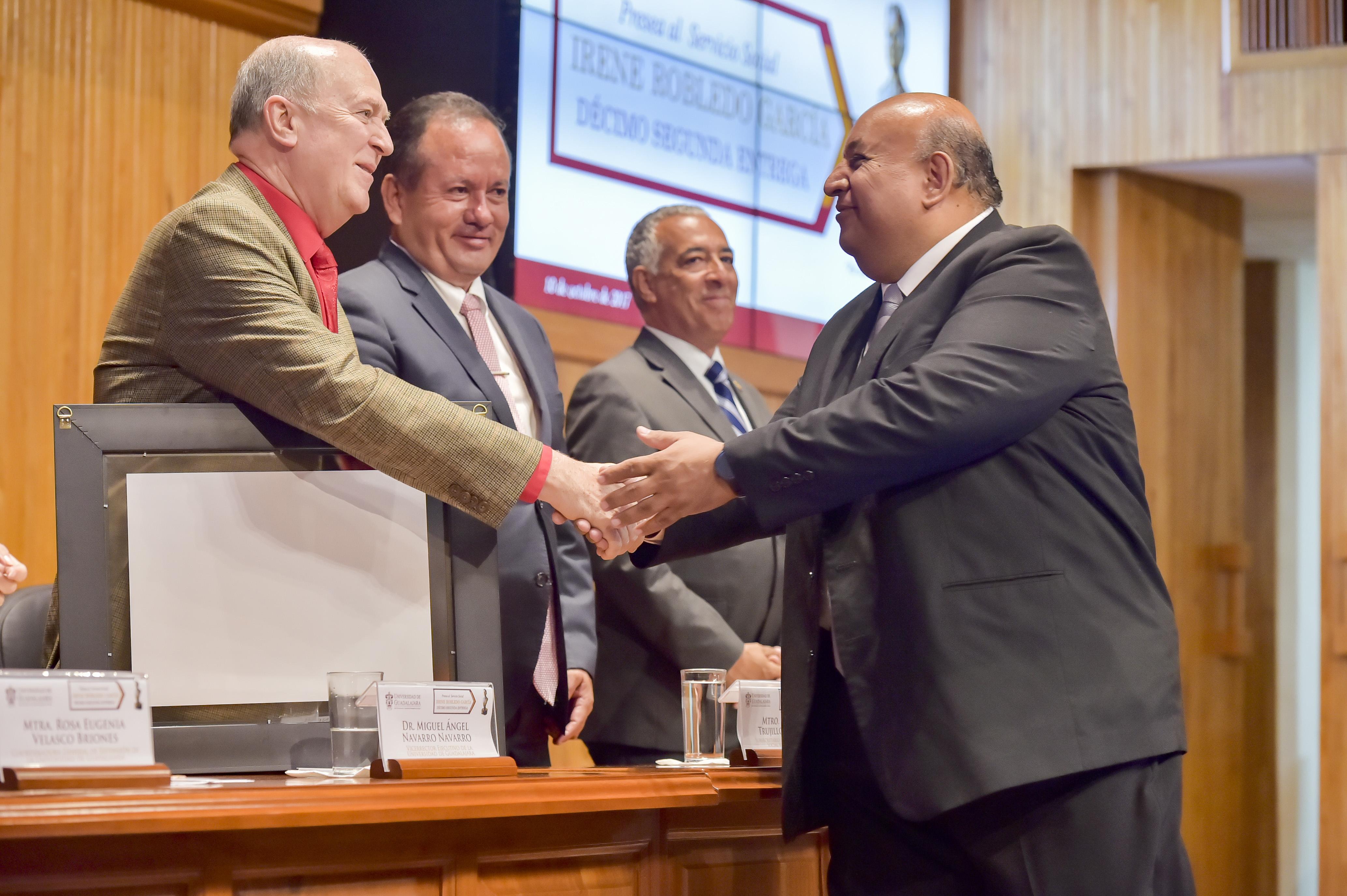 Mtro. Francisco Gutiérrez Rodríguez recibiendo de manos del Vicerector de la UdeG mención honorífica