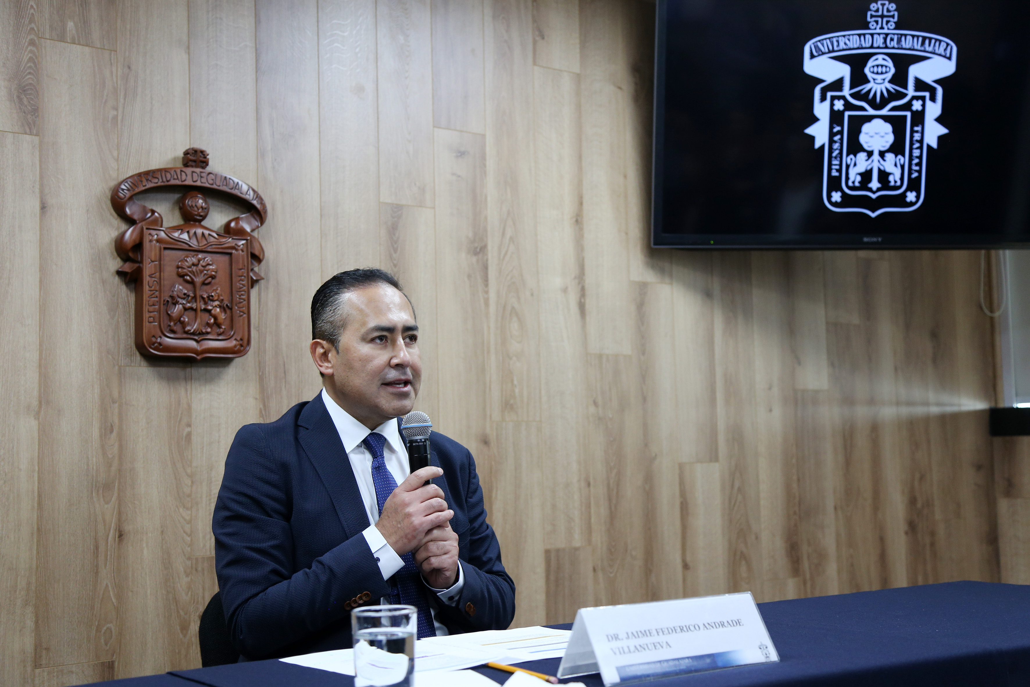 Rector del CUCS al micrófono en Conferencia de Prensa tras su registro