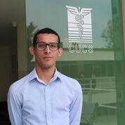 Demetrio Rodríguez posa junto a logotipo del CUCS