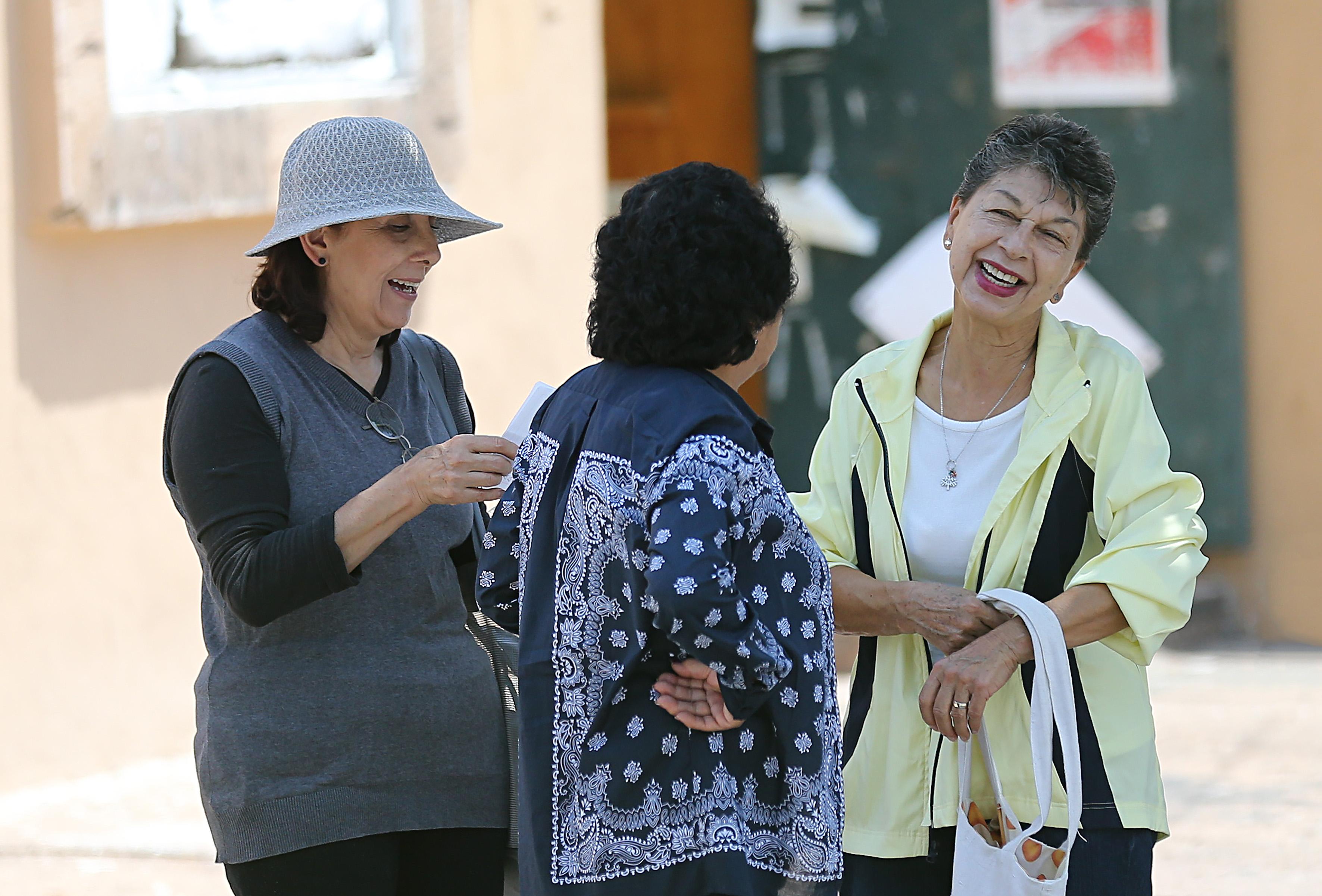 Personas de la tercera edad conversando y sonriendo