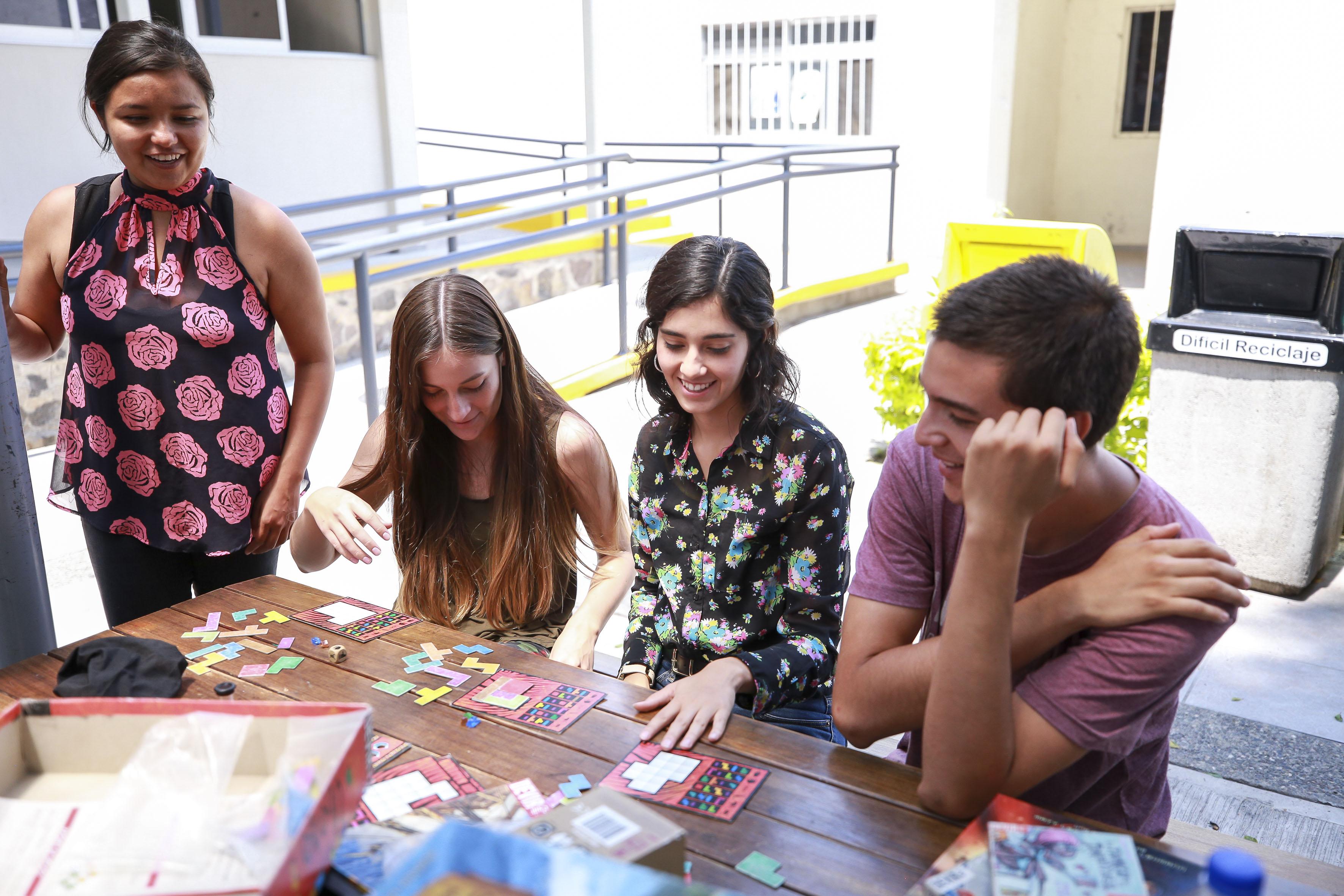 Grupo de alumnos jugando en la ciberterraza