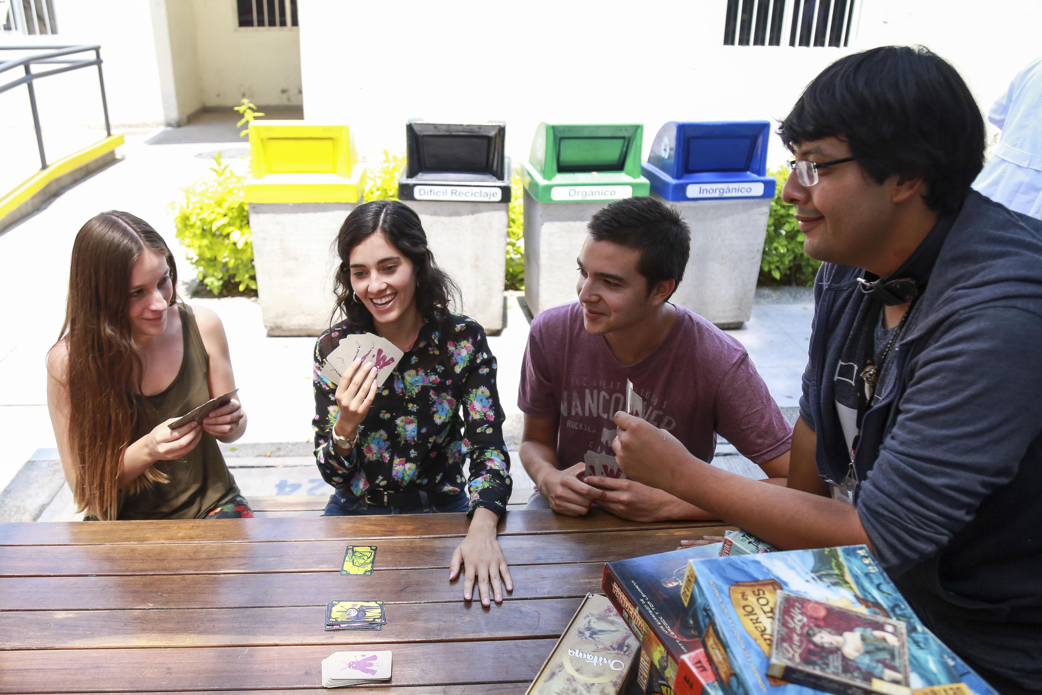 Grupo de alumnos jugando cartas