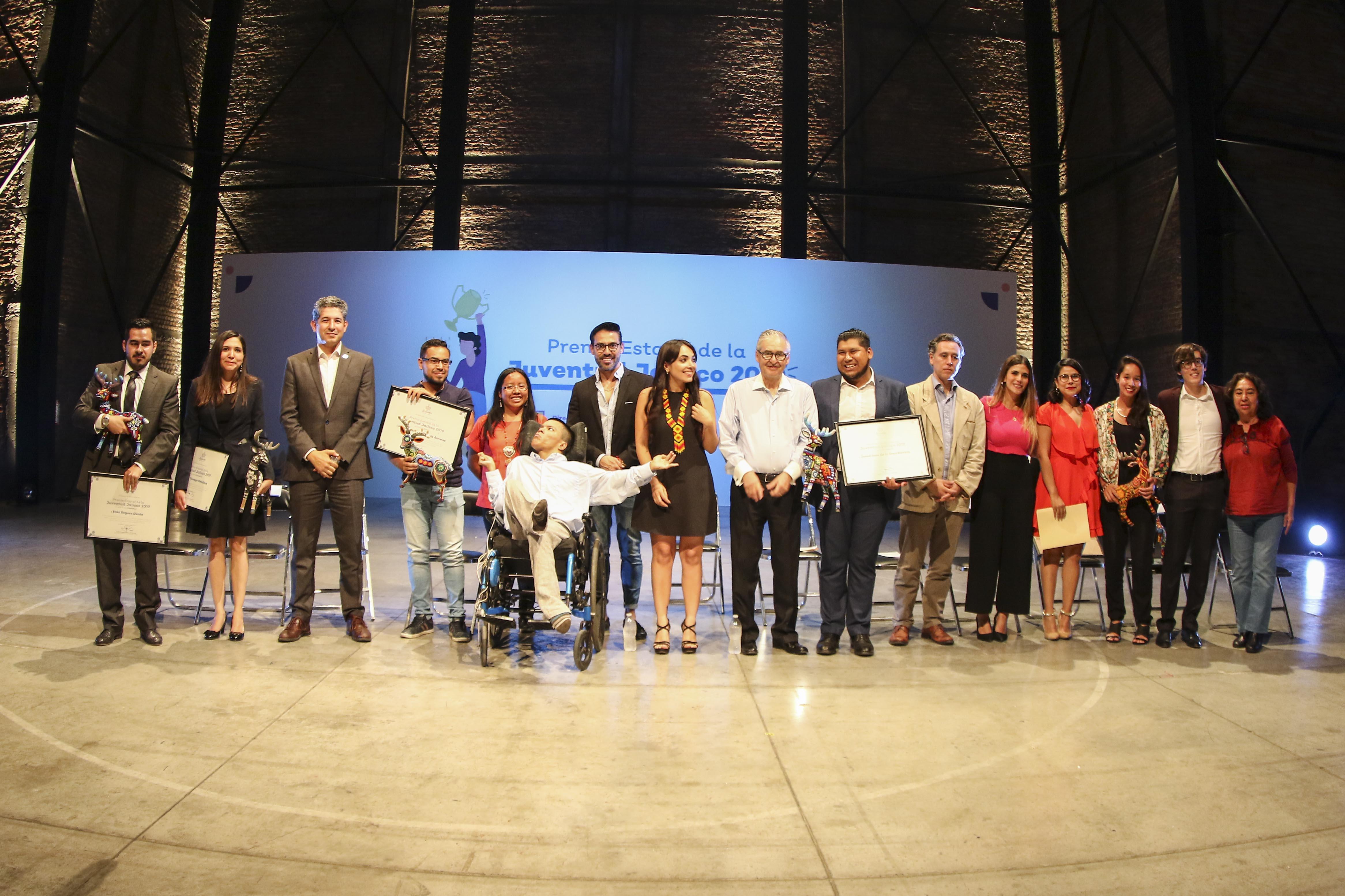 Foto grupal de jóvenes galardonados