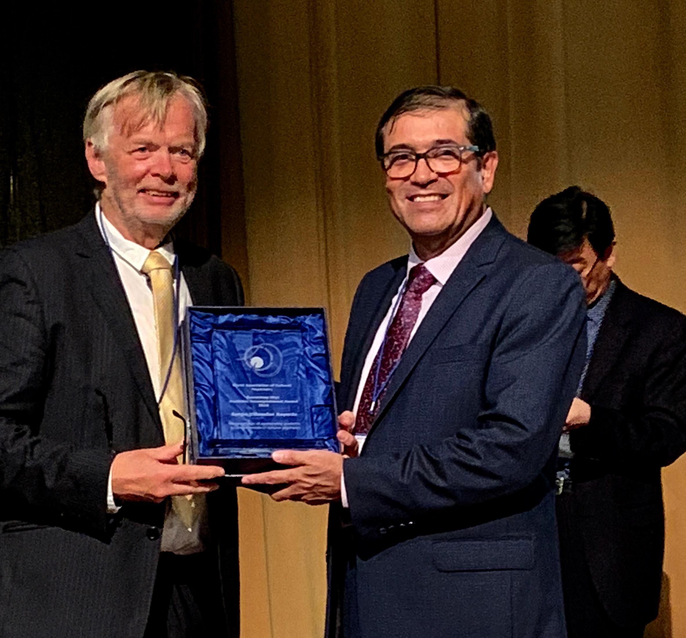 Dr. Sergio Villaseñor exhibiendo su premio