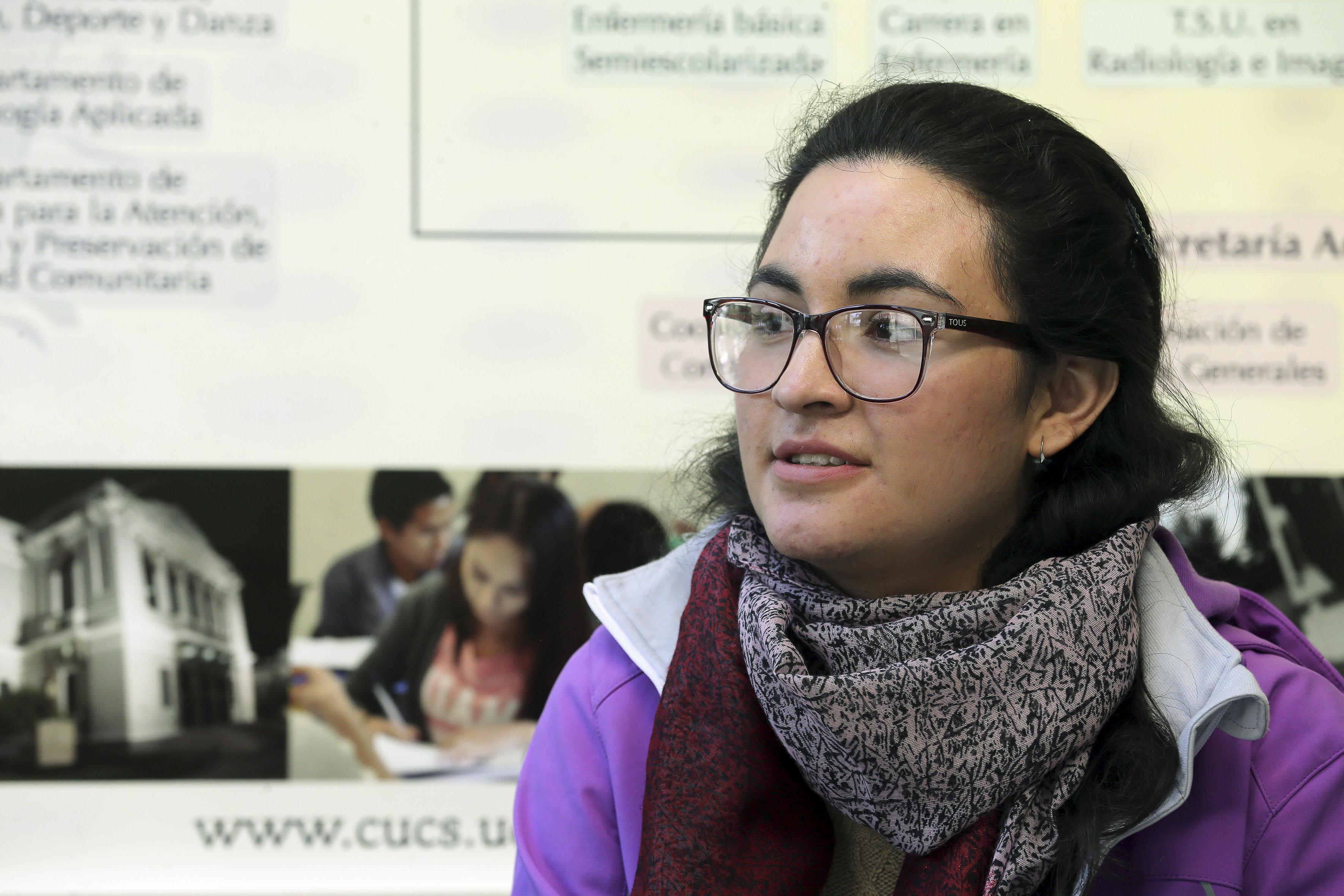 Laura Alejandra lanza mirada a lo lejos
