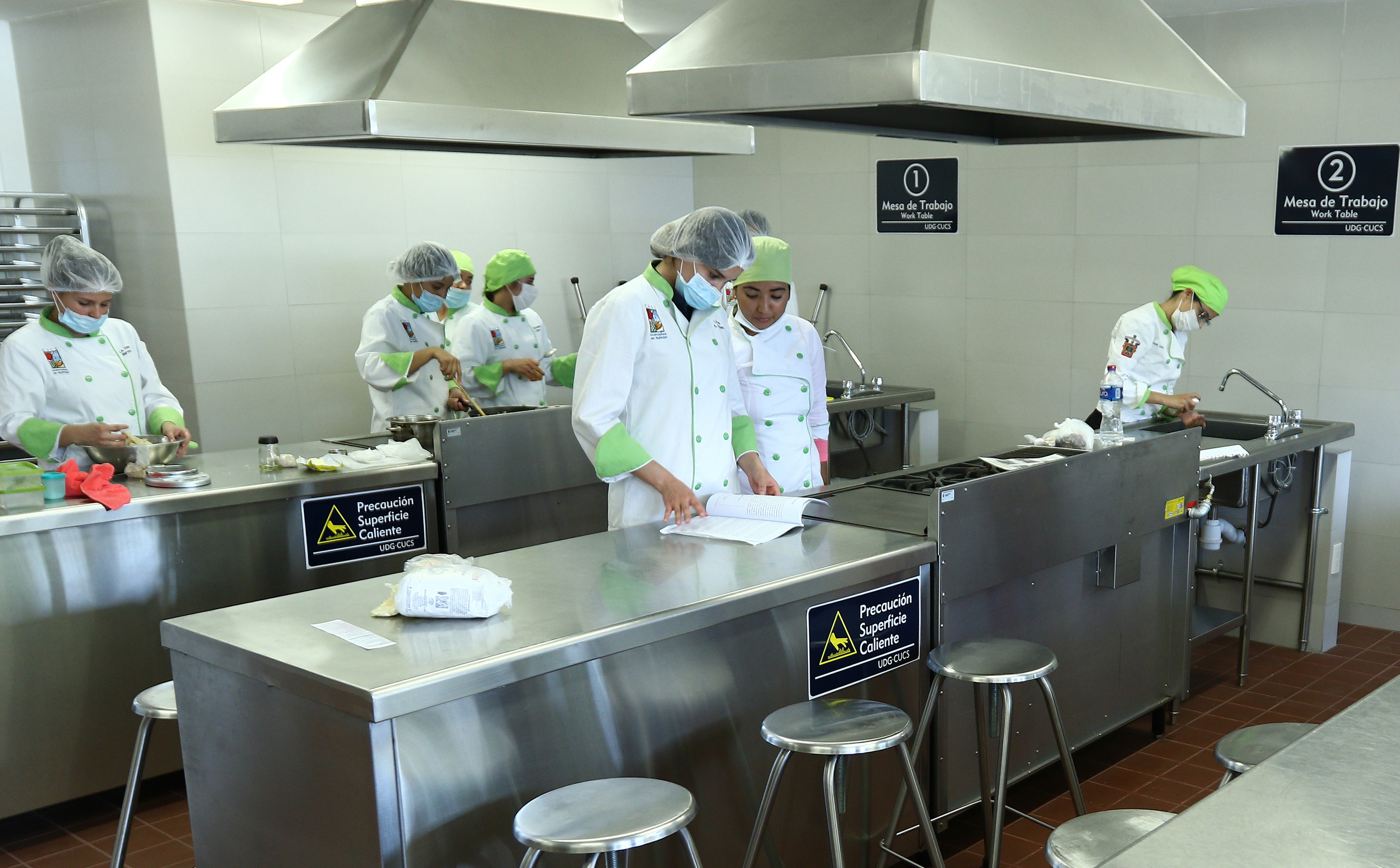 Nutriólogos en el laboratorio de alimentos