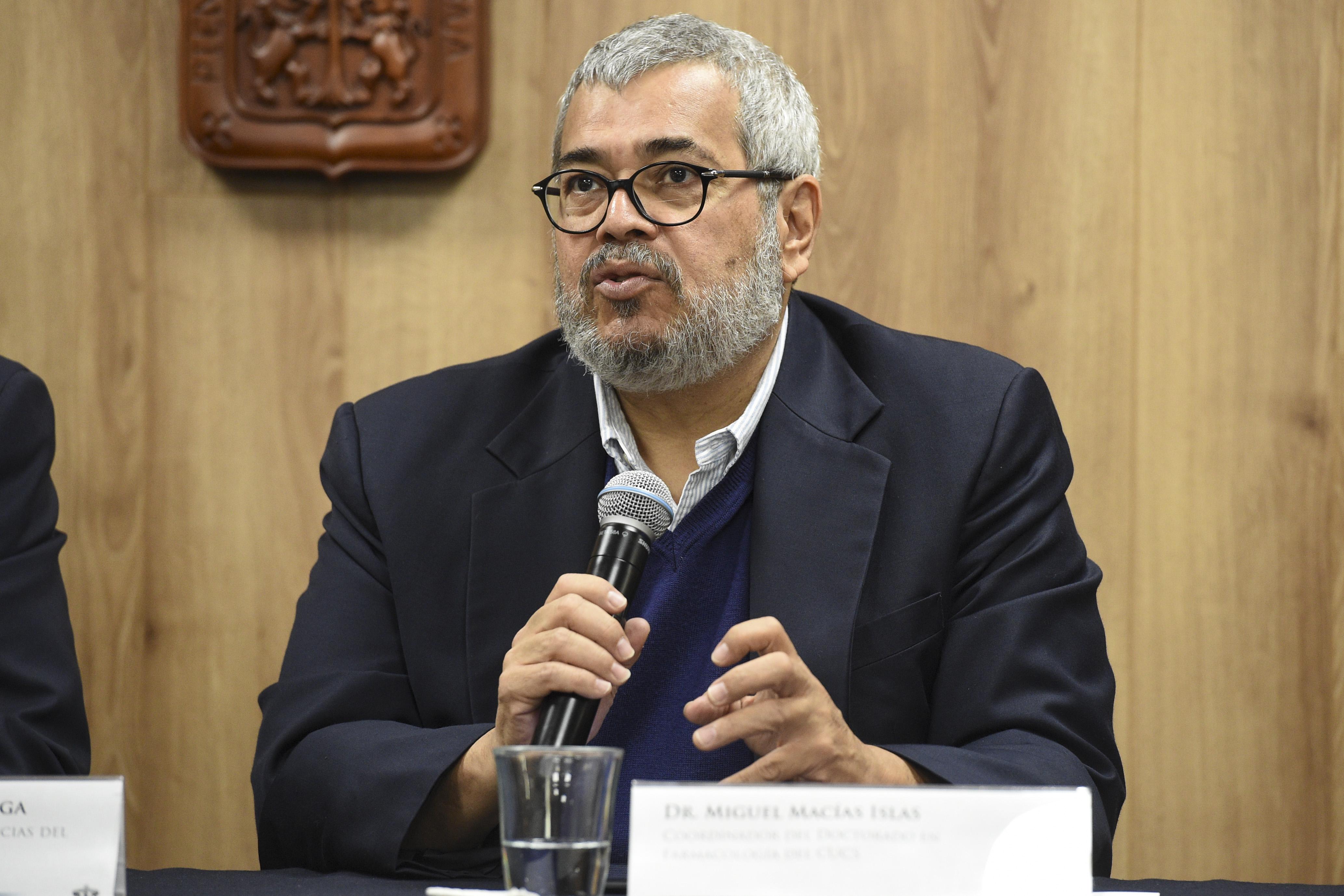 Al micrófono el Dr. Miguel Macías Islas, ofreciendo una descripción del contenido del libro