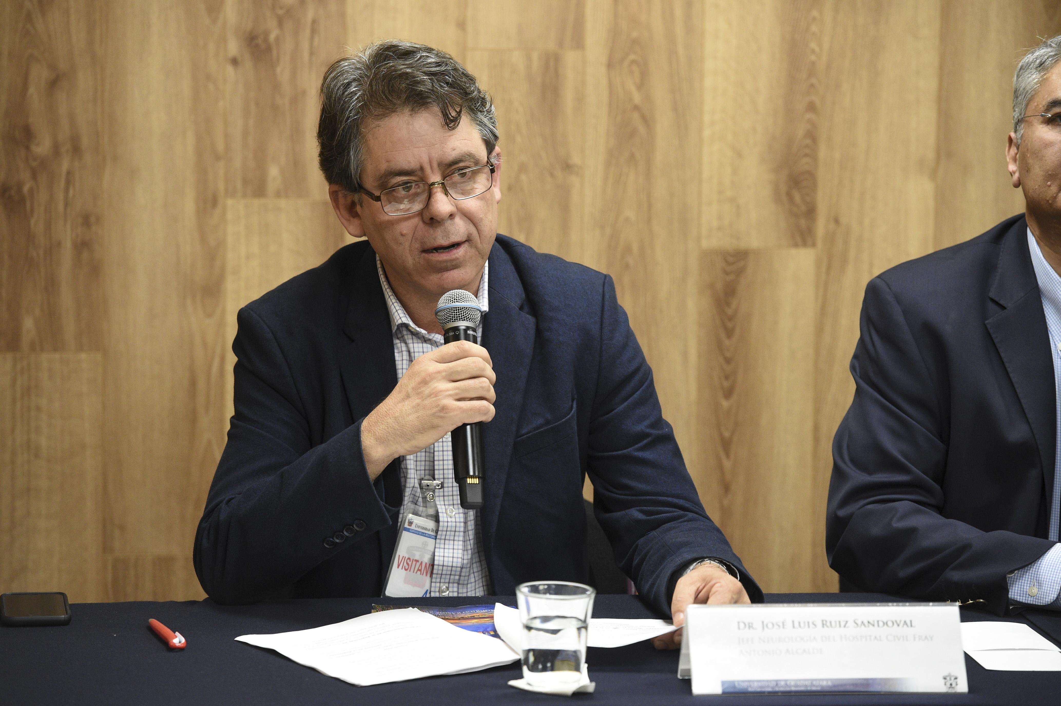 Al micrófono el Dr. José Luis Ruíz Sandoval, ofreciendo una semblanza del Dr. Rodrigo Ramos Zúñiga