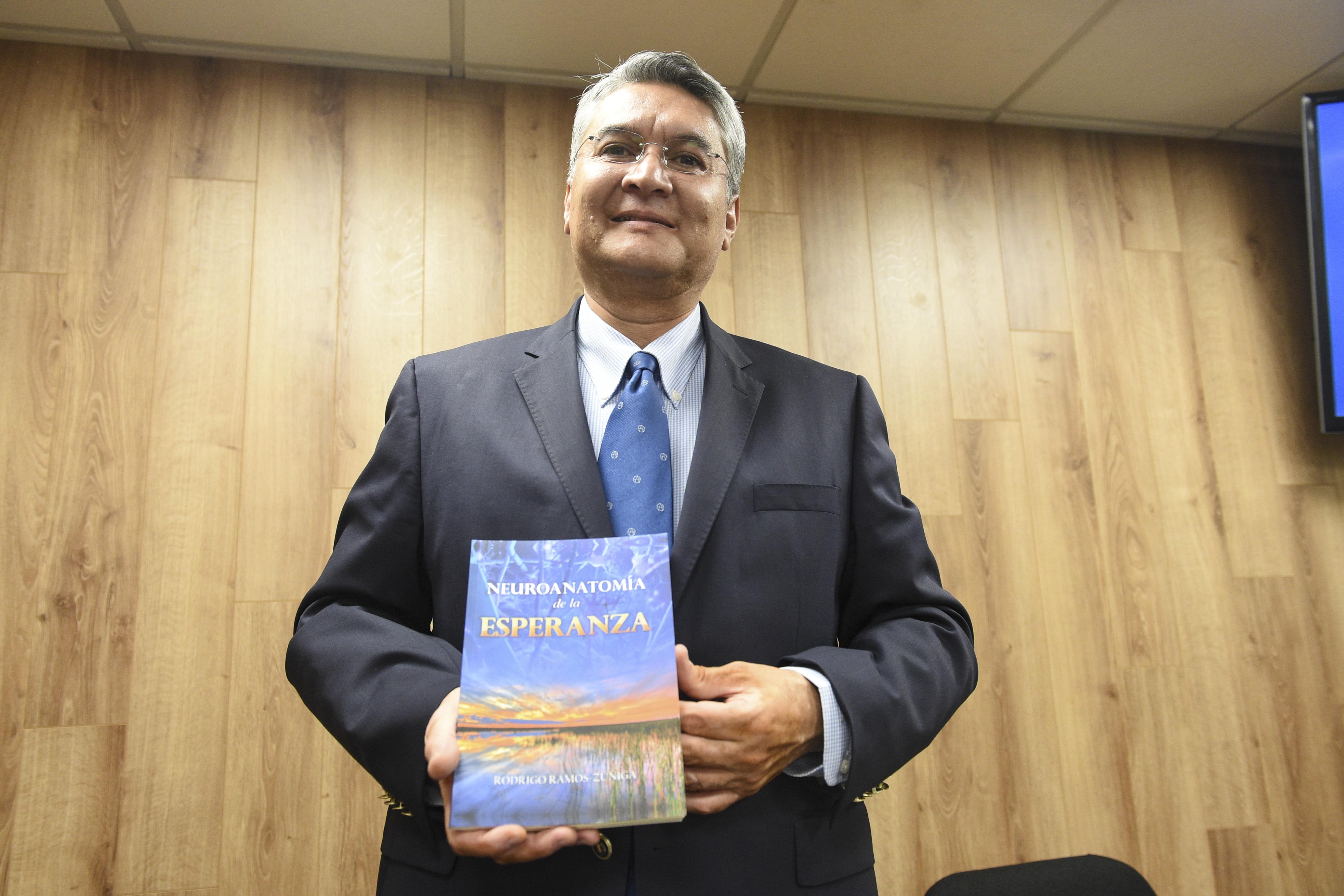 Dr._Rodrigo Ramos Zúñiga exhibiendo su libro
